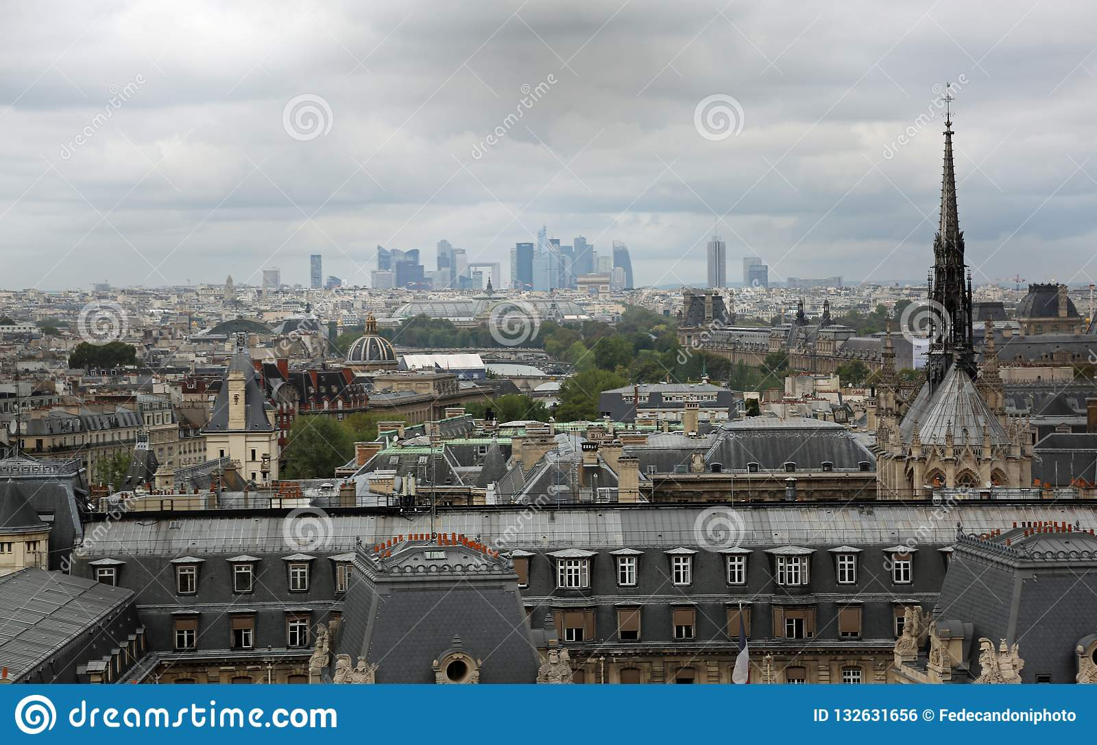 Parijs, Frankrijk - Augustus 20, 2018: Panorama van de stad en sk