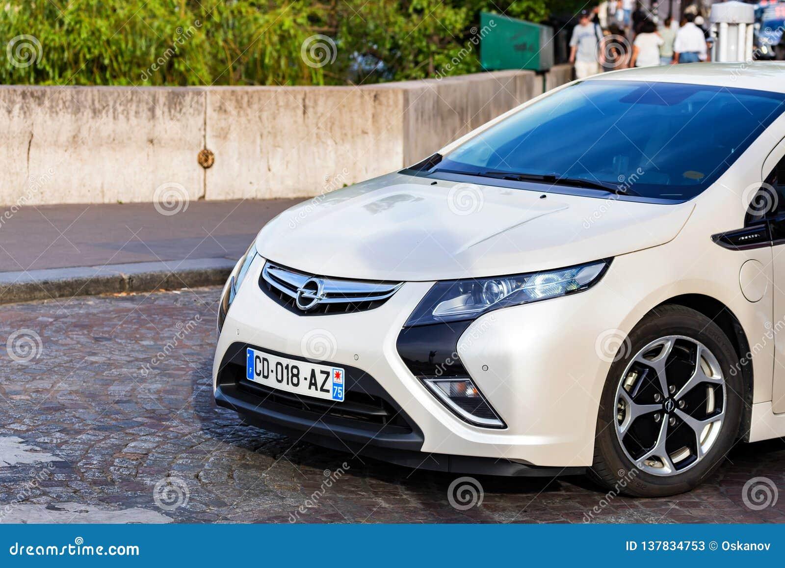 PARIJS, FRANKRIJK - JUNI 6, 2014: De auto van Opel Ampera in straat van Parijs
