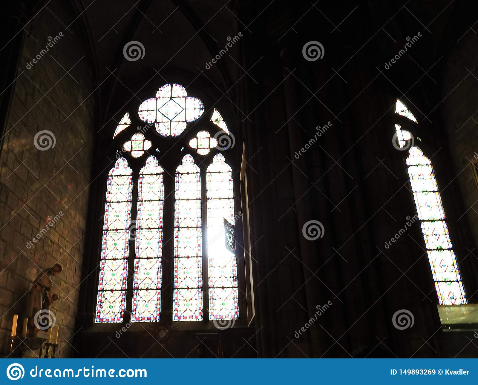Parijs, Frankrijk - Maart 31, 2019: Binnenland van Notre Dame de Paris in Parijs, Frankrijk De kathedraal van Notre Dame is één v