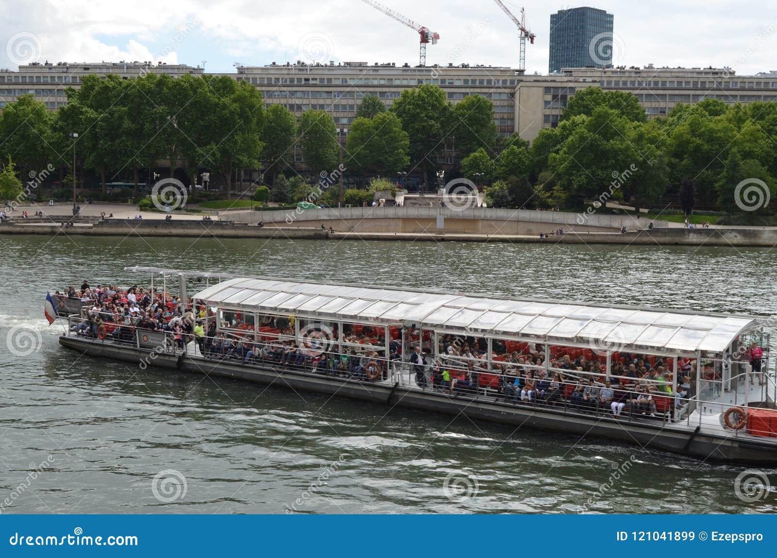 PARIJS, FRANKRIJK - MAART 29, 2014: Boot met toeristen op de rivier sena Parijs