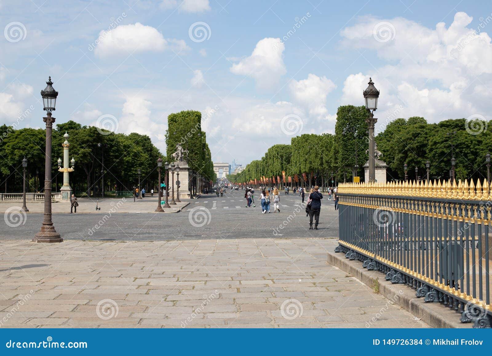 PARIJS, FRANKRIJK - MEI 25, 2019: Weergeven van Champs Elysees in de richting van Triomfantelijke Boog Foto die uit Place DE La C