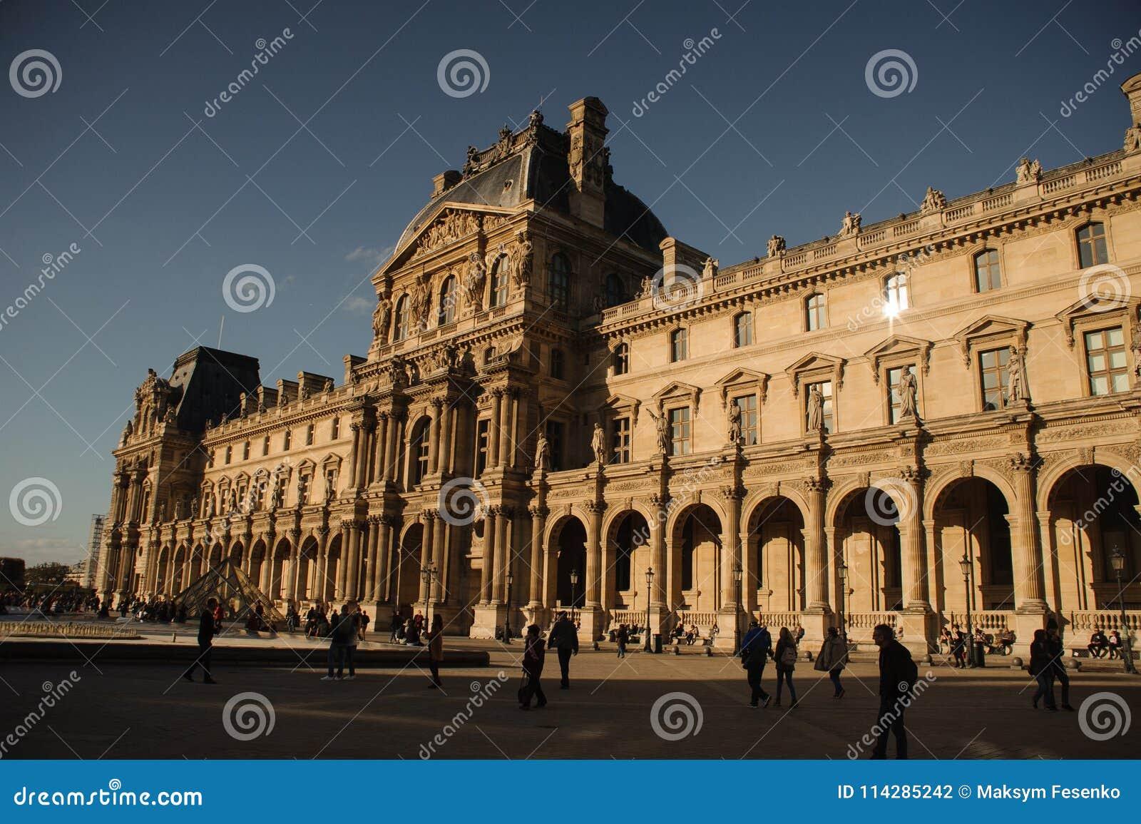 PARIJS, FRANKRIJK - OKTOBER 20, 2017: Louvre Het Louvre is het museum van de wereld` s grootste kunst en het historische monument