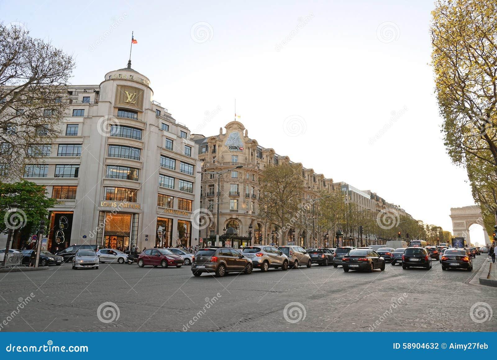 PARIS 15 AVRIL : Les clients sont sur la file d attente pour entrer dans la boutique de Louis Vuitton chez Champs-Elysees en avri