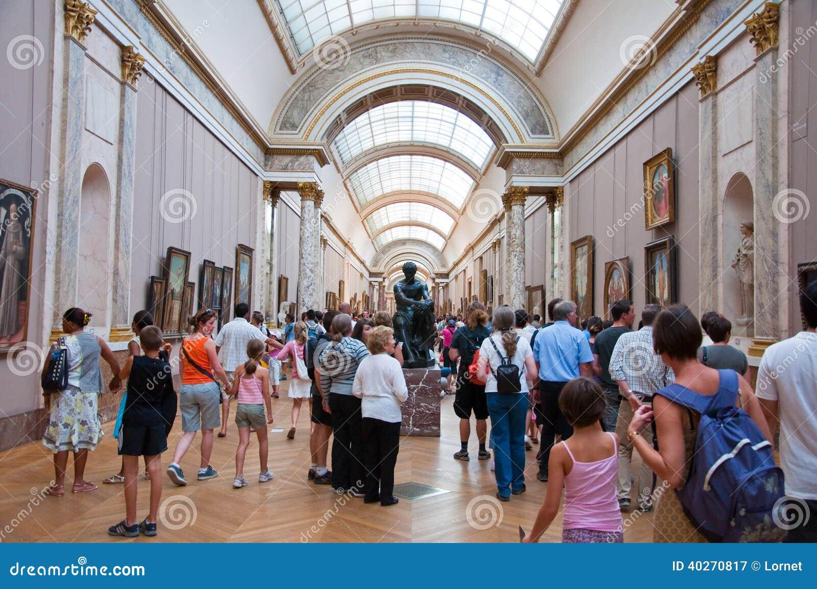 PARIS 18 DE AGOSTO: Visitantes no museu do Louvre, o 18 de agosto de 2009 em Paris, França.
