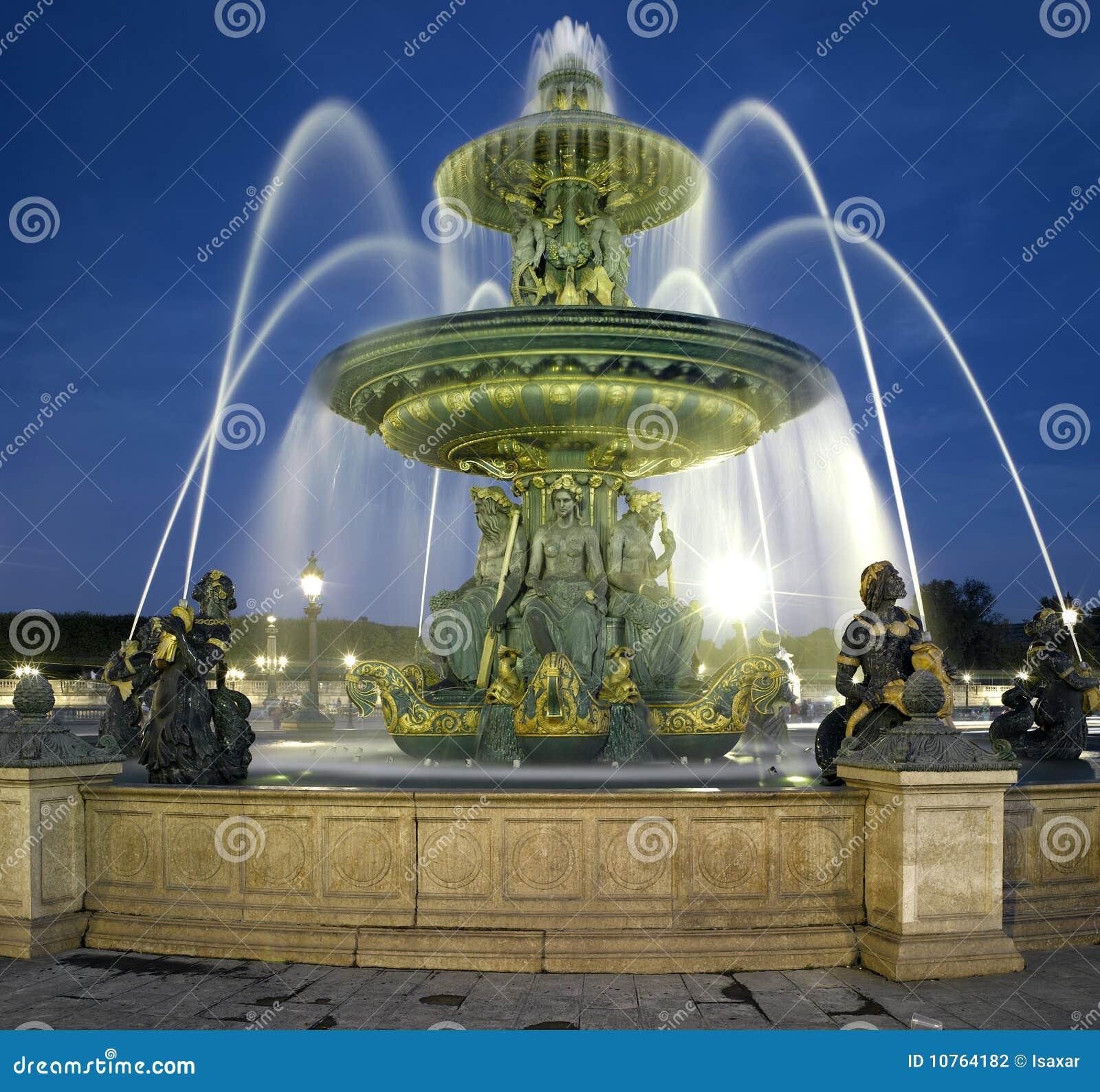 Paris: Fountain at the Place de la Concorde at nig