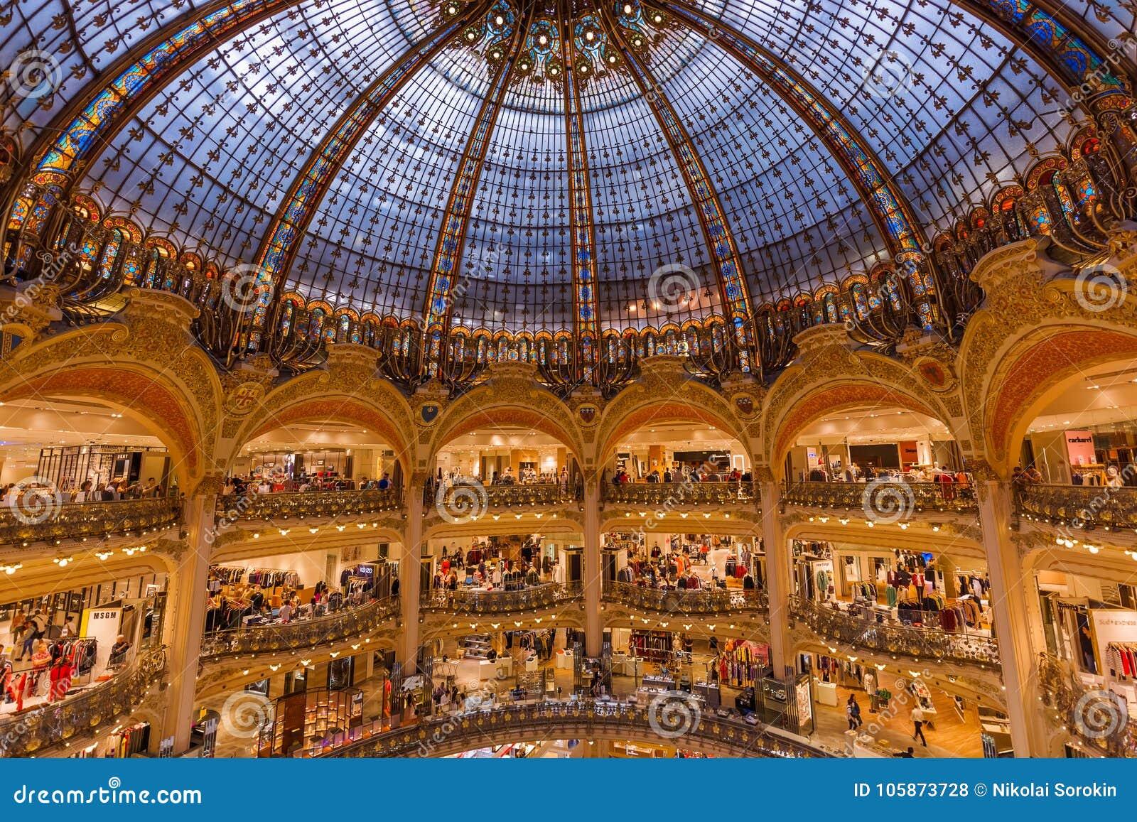 PARIS, FRANÇA - 16 de agosto de 2017: Interior do Galeries Lafaye