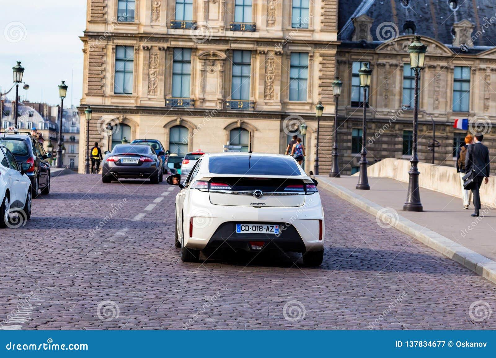 PARIS, FRANÇA - 6 DE JUNHO DE 2014: Carro de Opel Ampera na rua de Paris