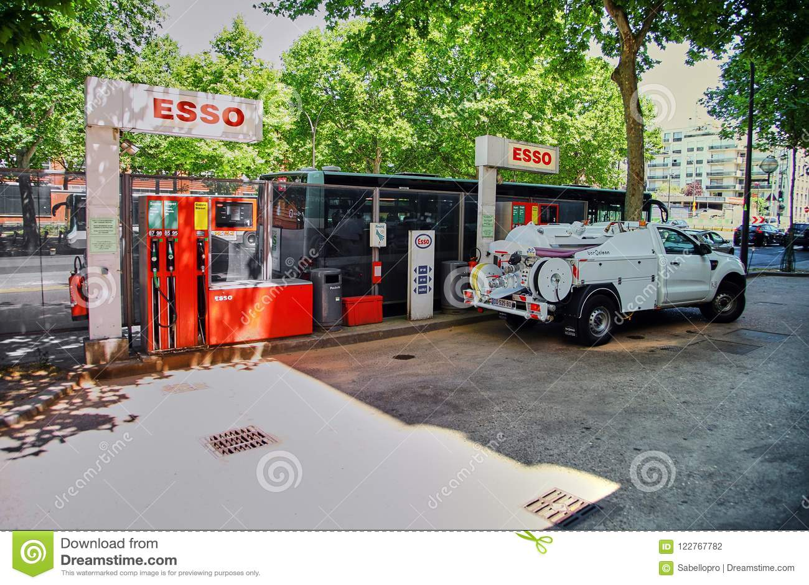 Paris, França - 28 de junho de 2015: Posto de gasolina de Esso