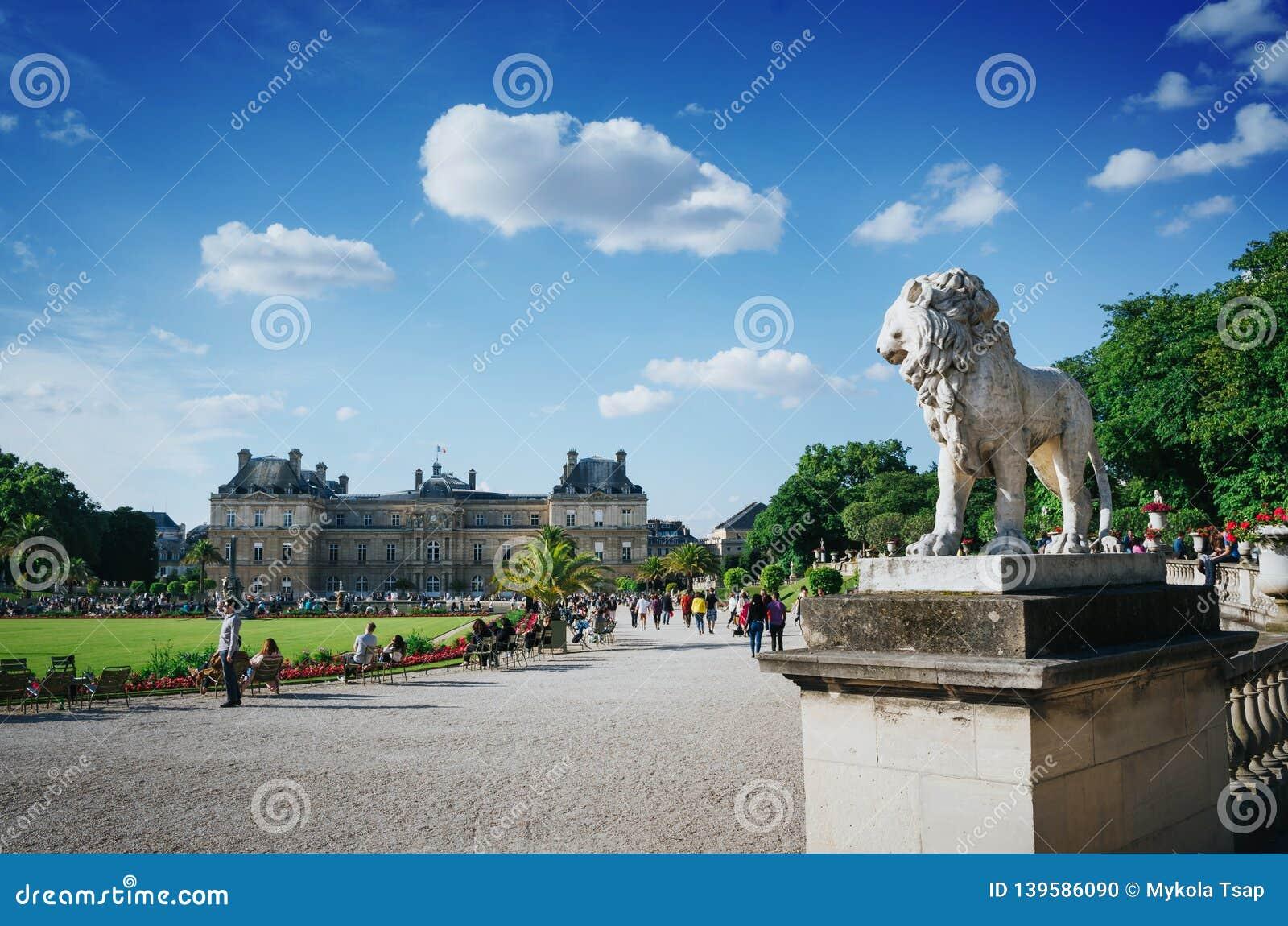 PARIS, FRANÇA - 26 DE JUNHO DE 2016: Vista de Palais du Luxemburgo ou de palácio de Luxemburgo no dia ensolarado do verão brilhan