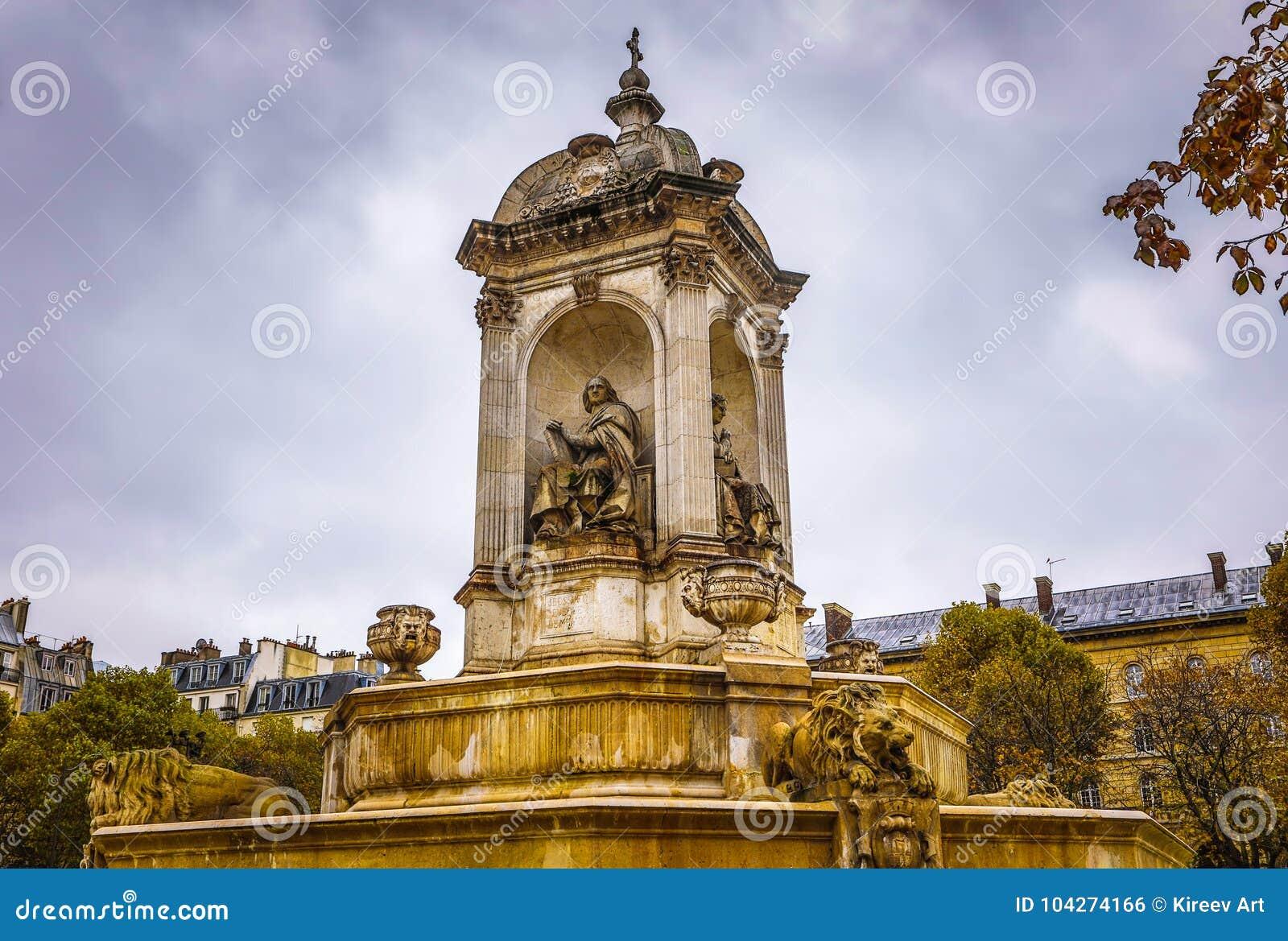 PARIS, FRANÇA - 11 DE NOVEMBRO DE 2017: Lugares e construções famosos de Paris na noite chuvosa do outono em Paris, França o 11 d