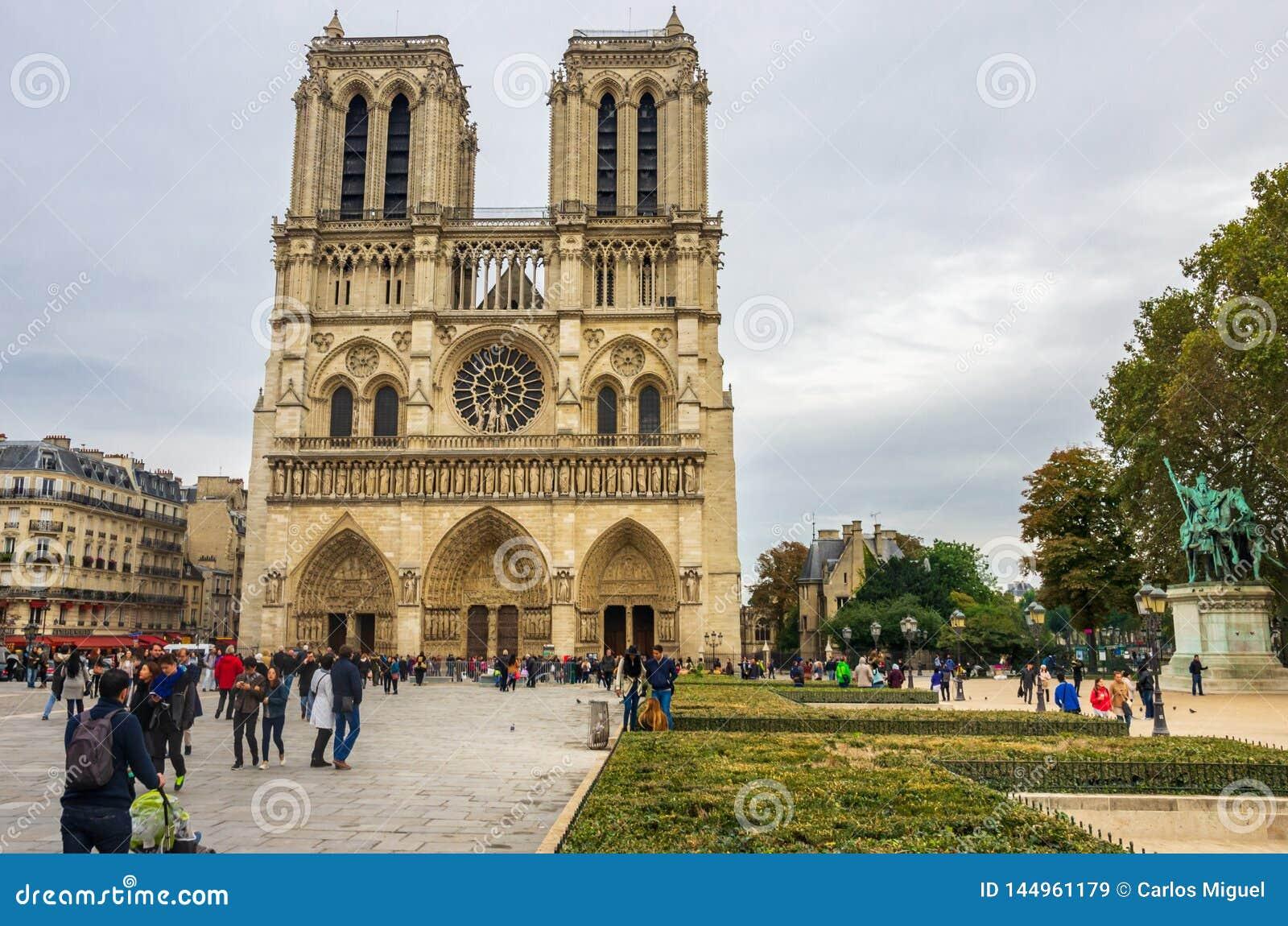 PARIS, FRANÇA - 13 DE OUTUBRO DE 2016: Notre Dame de Paris Cathedral, vista dianteira de um dos monumentos os mais populares em