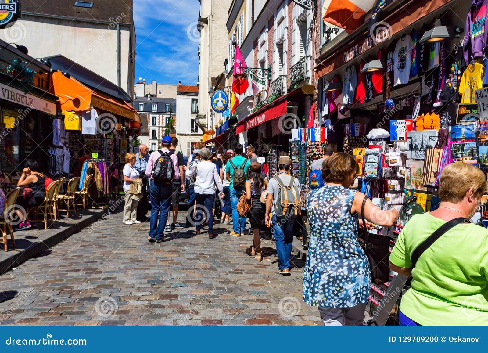 PARIS, FRANÇA - EM JUNHO DE 2014: Rua de Montmartre em Paris, França