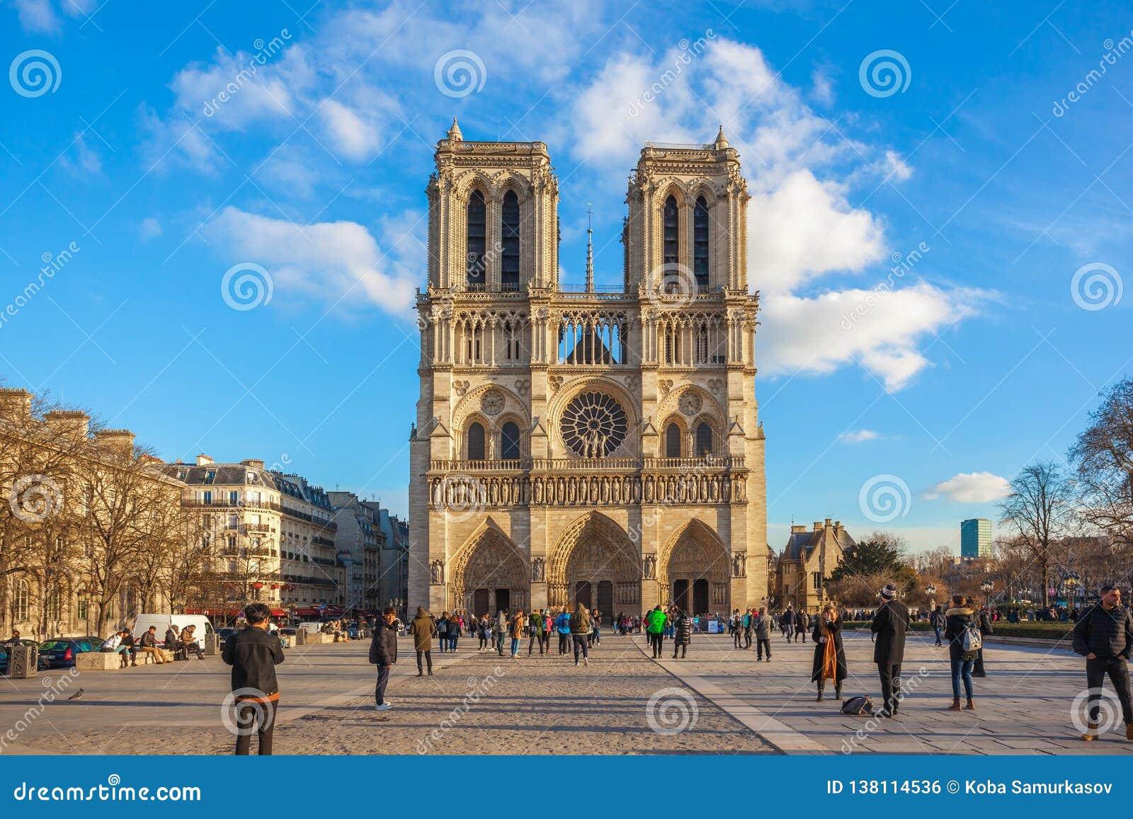Paris, França - 18 01 2019: Opinião bonita Notre Dame de Paris, igreja medieval em Paris, França