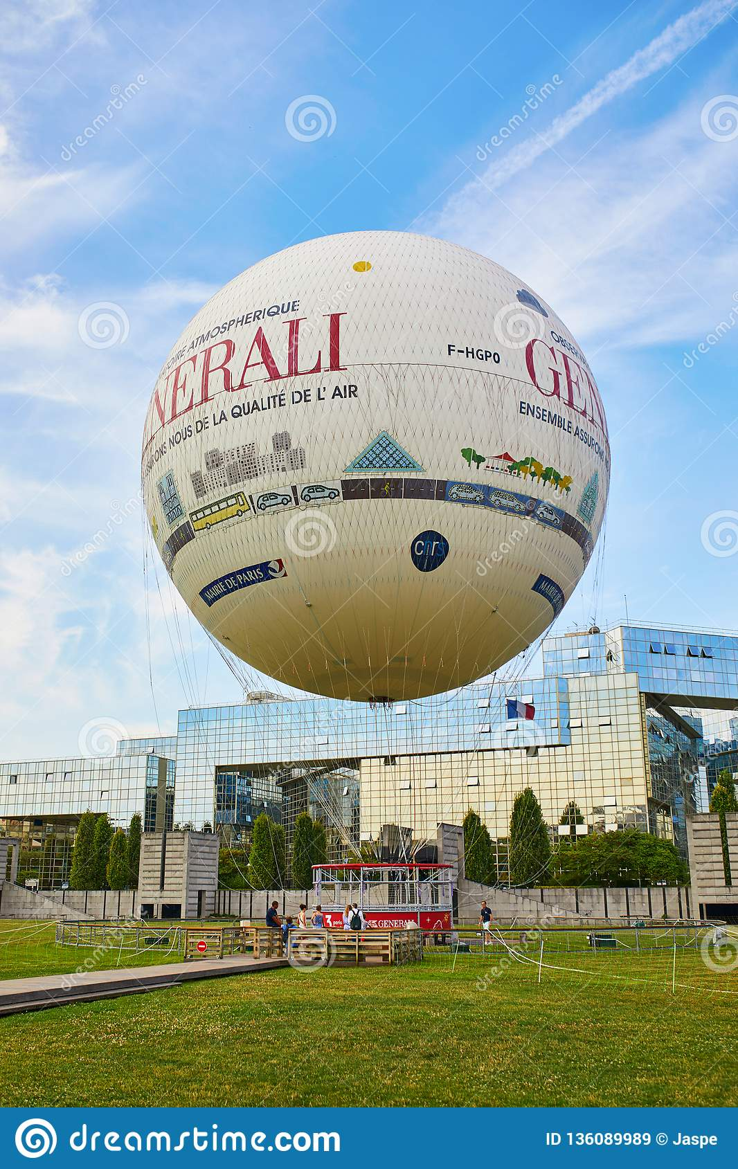PARIS, FRANCE - 19 JUILLET 2018 : ballon à air chaud en Parc Andre Citroen dans le 15ème arrondissement de Paris, France