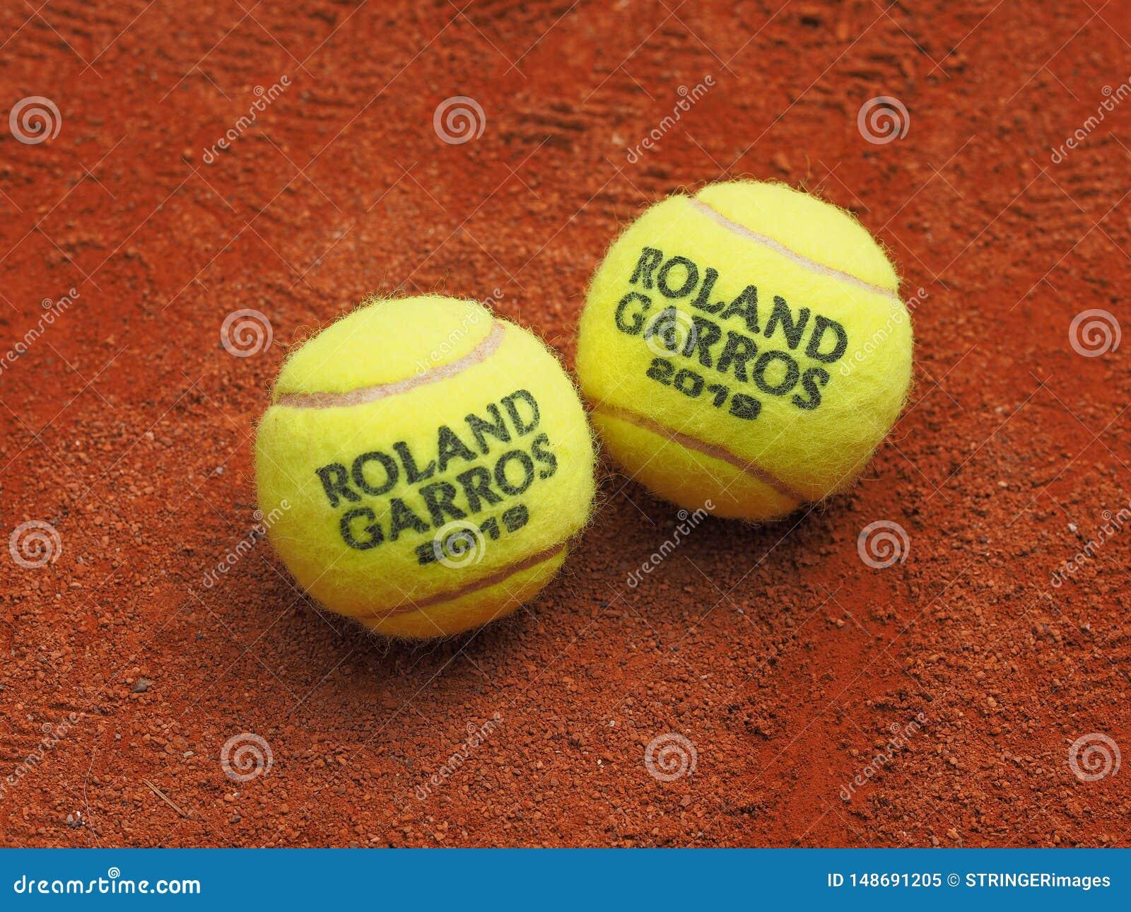 Paris, France - 26 mai 2019 : Boule de deux Roland Garros Grand Slam Tennis sur la surface de cour d argile