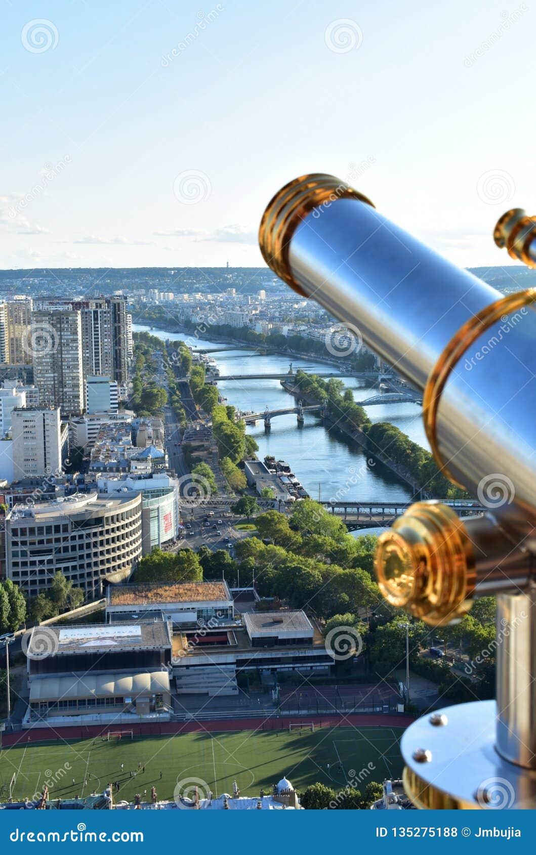Paris france Wieża Eifla punkt obserwacyjny z spyglass i wontonu rzeką Mosty i statua wolności