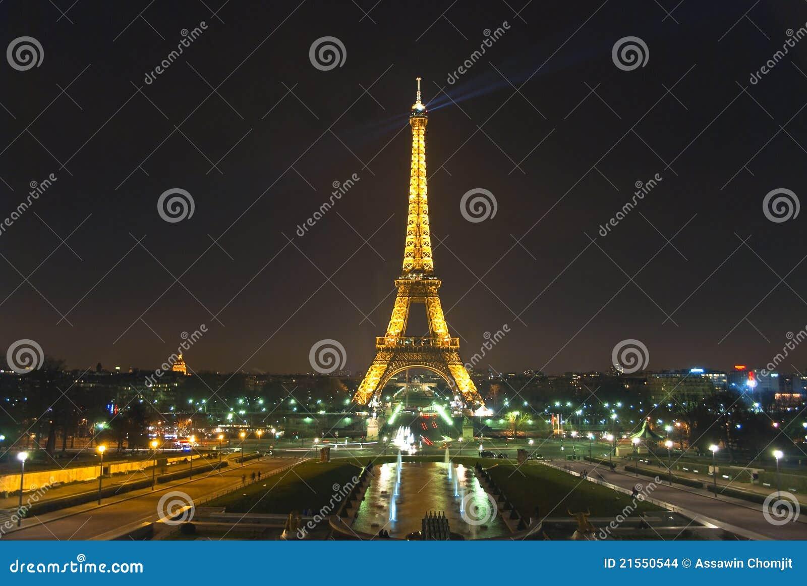 PARIS, FRANKREICH 20. März: Eiffelturm Nachts. Redaktionelles ...