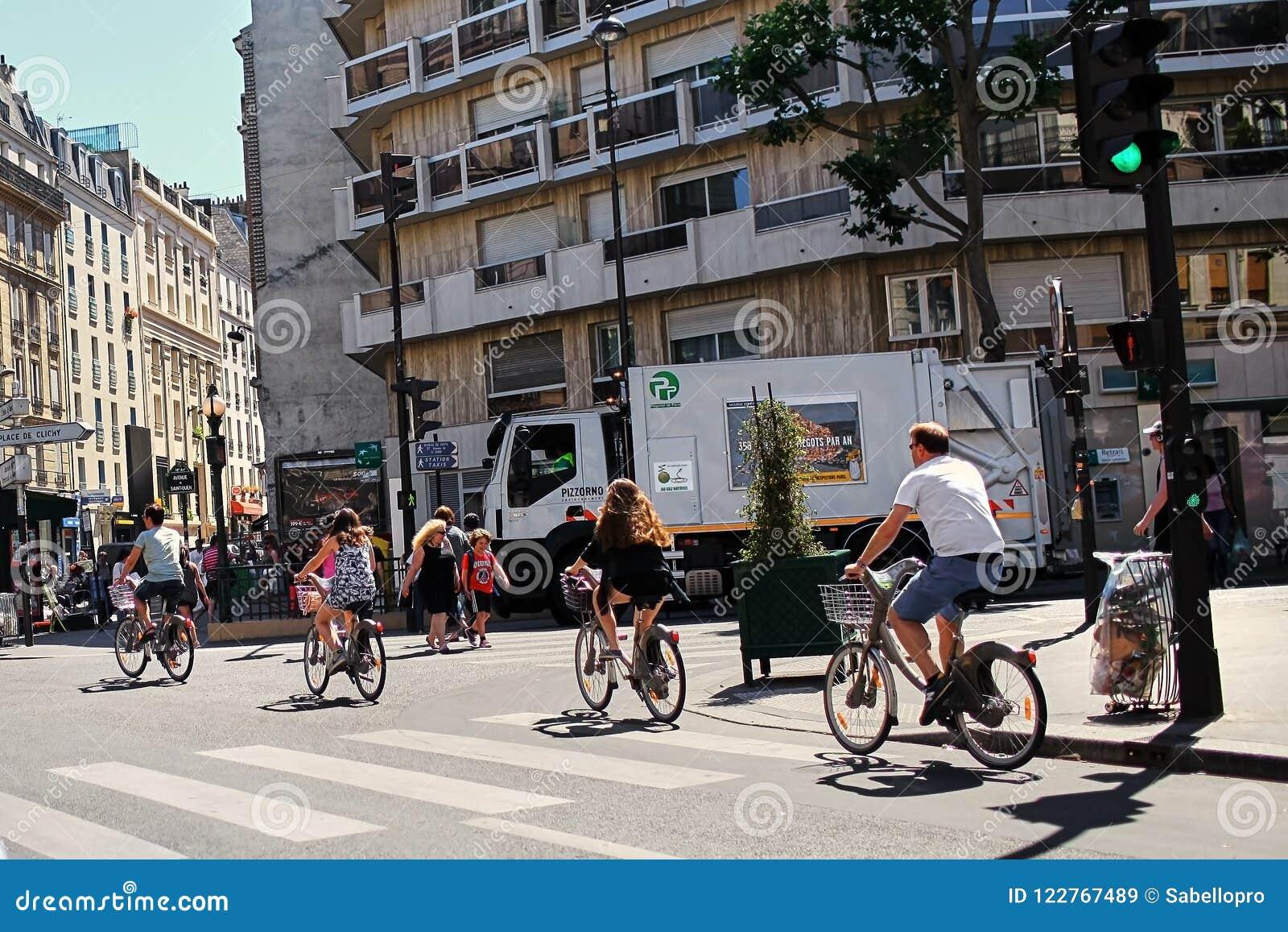 Paris, Frankreich - 28. Juni 2015: eine Gruppe Radfahrer