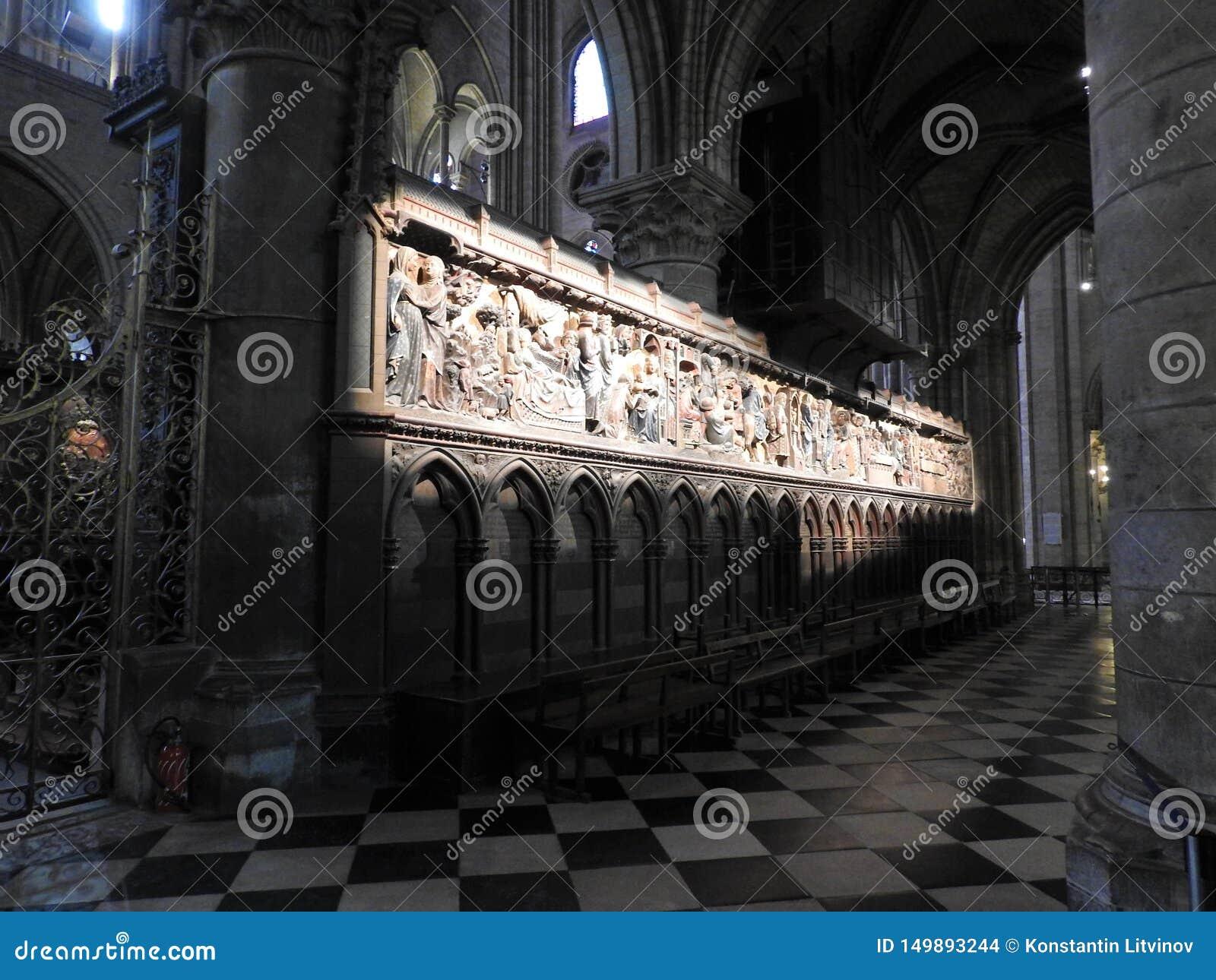 Paris, Frankreich - 31. März 2019: Hölzerne Entlastungen des 14. Jahrhunderts in der Notre-Dame de Paris-Kathedrale, welche die G