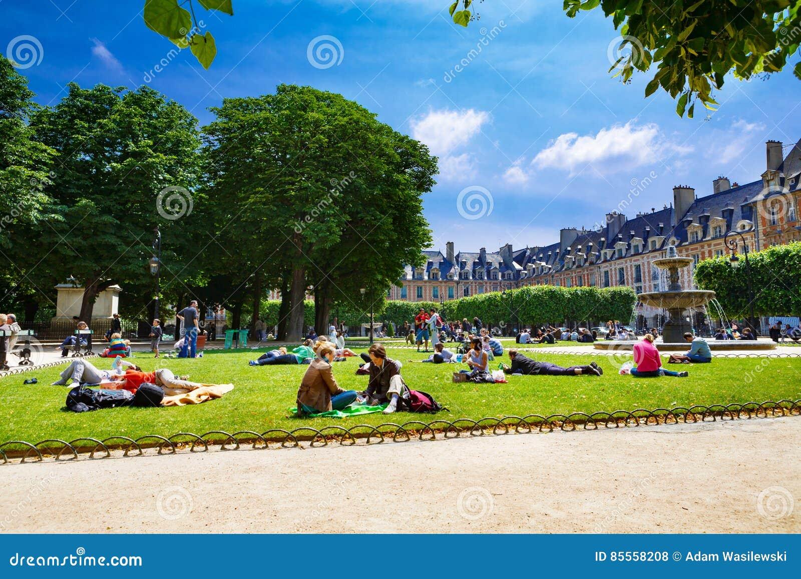 Paris, Frankreich, Platz-DES Vosges - 06 12 2010: stillstehende Leute und