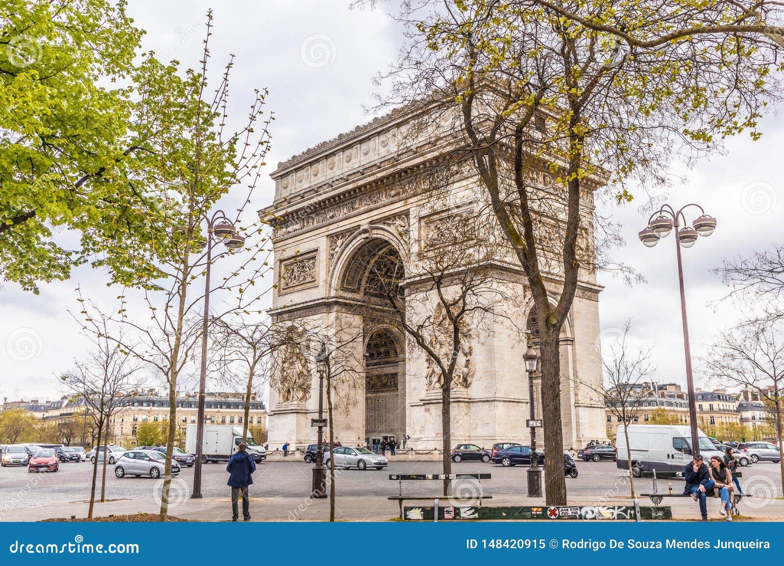 Paris Frankrike - APRIL 9, 2019: Champs-Elysees och Arc de Triomphe p? en molnig dag, Paris