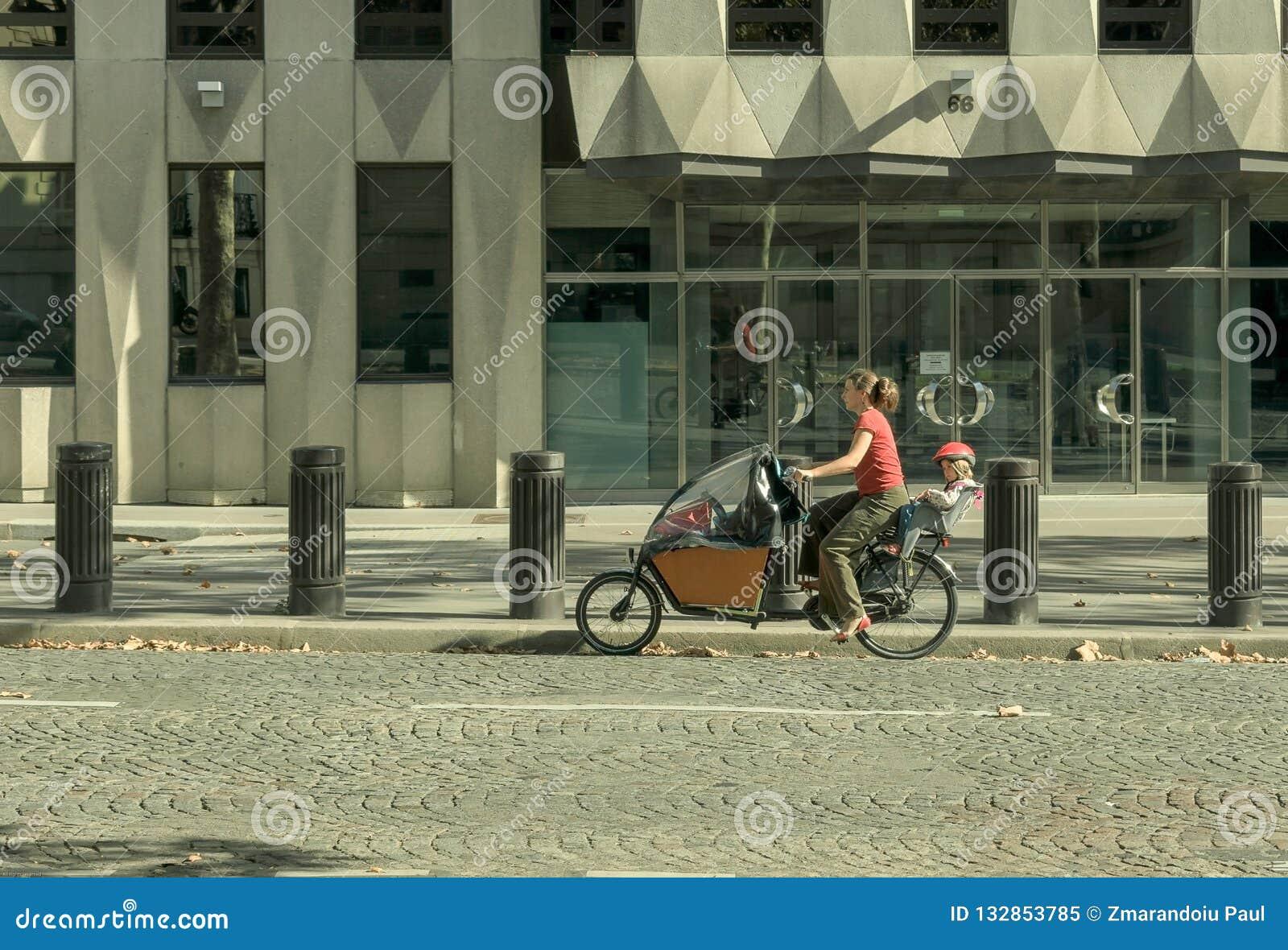 Paris Frankrike 14 Augusti 2018 kvinna på en cykel