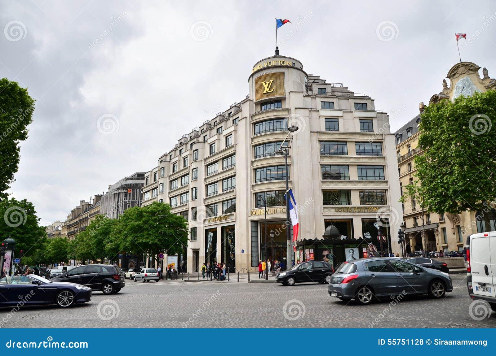 Paris Frankrike - Maj 14, 2015: Turister som shoppar på Louis Vuitton Store i Paris