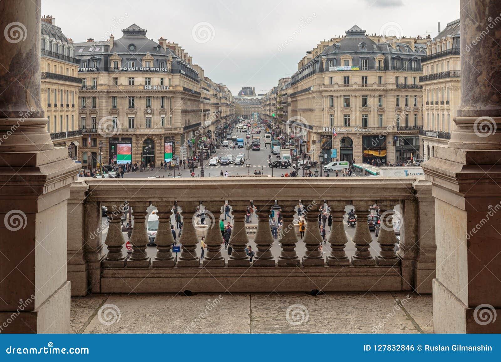 Paris Frankrike, mars 31 2017: Balkong av operamedborgaren de Paris Garnier Palace - neo-barock operabyggnad
