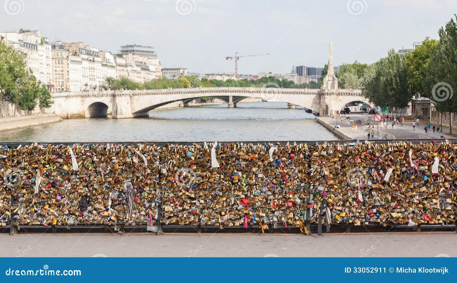 Paris 27 juillet les casiers chez pont des arts symbolisent l 39 amour p - Le pont de lamour a paris ...