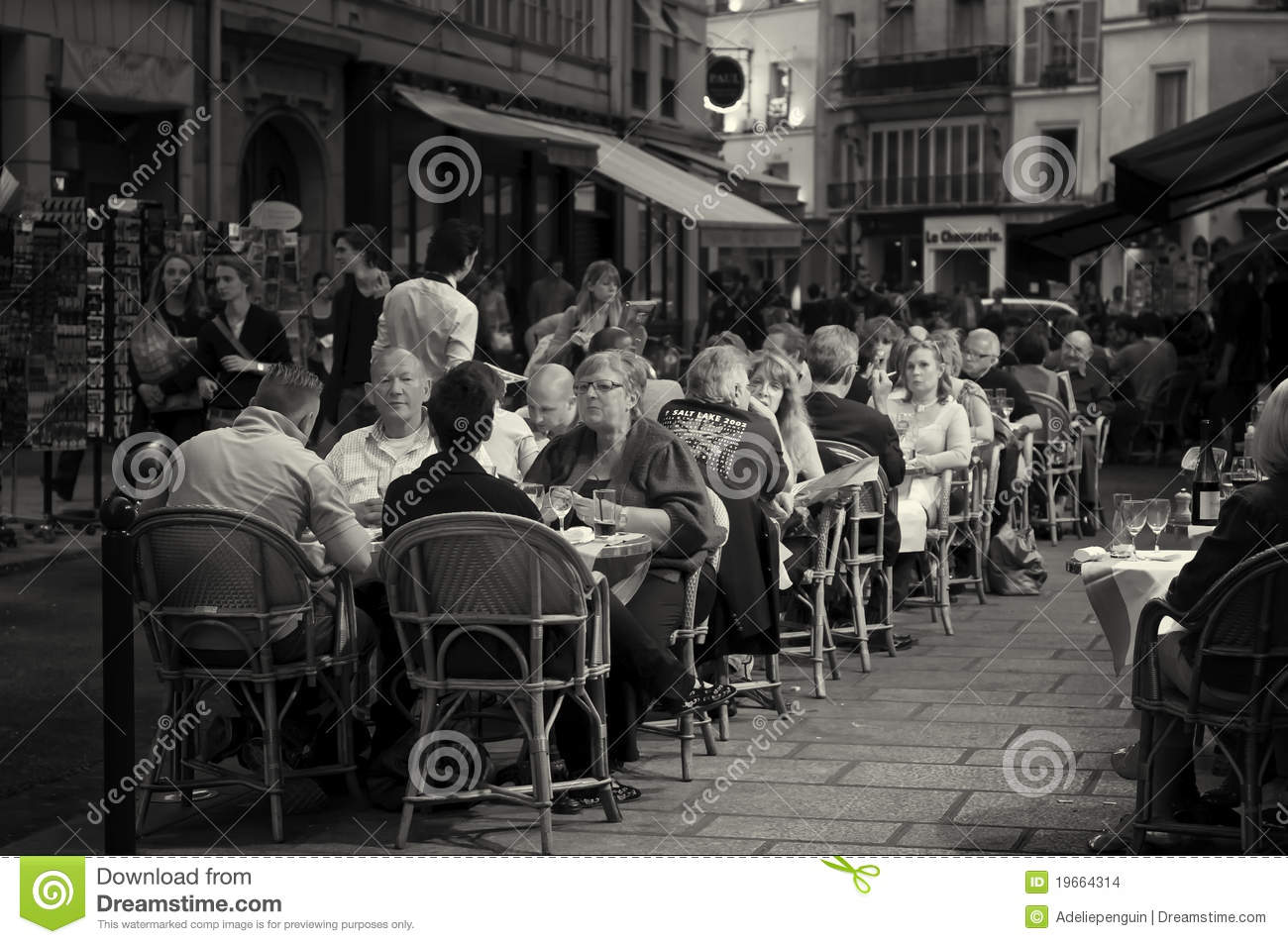 Outdoor cafe in paris with tower in background - Paris People In Outdoor Cafe Stock Images