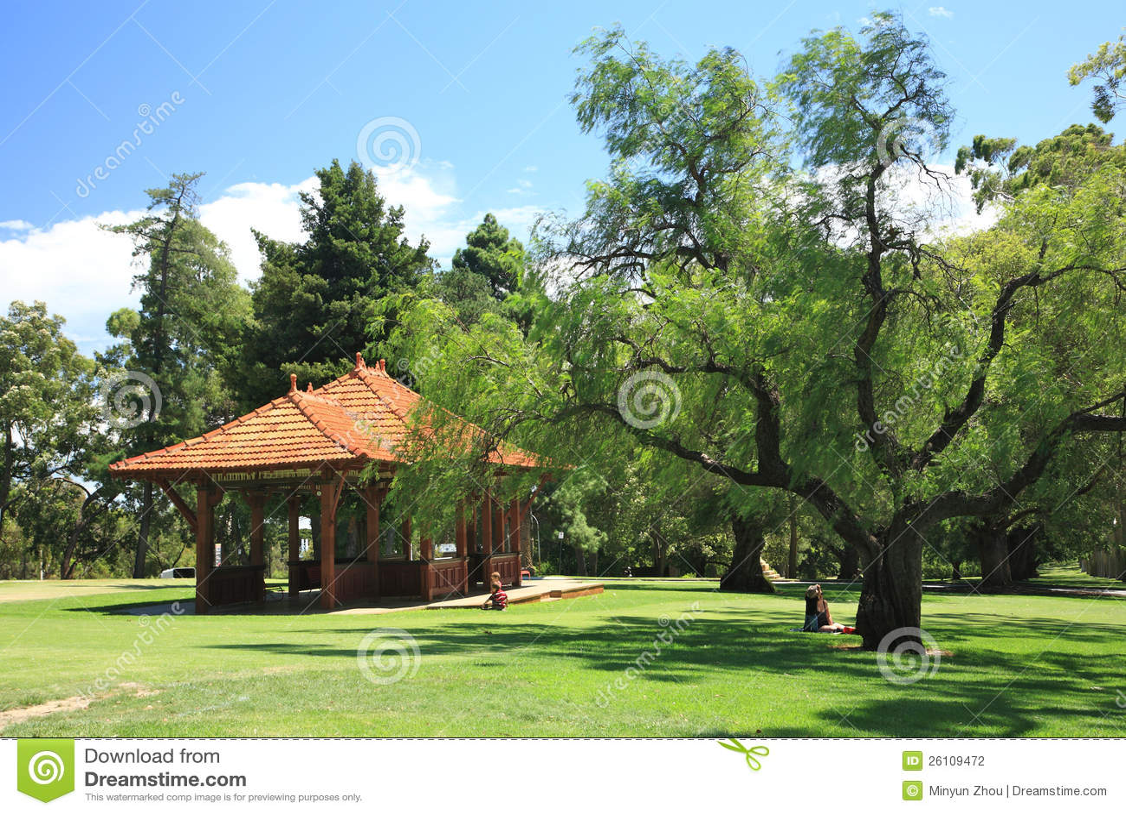 La gente riposa su zona di ricreazione verde in Park.Western Australia ...