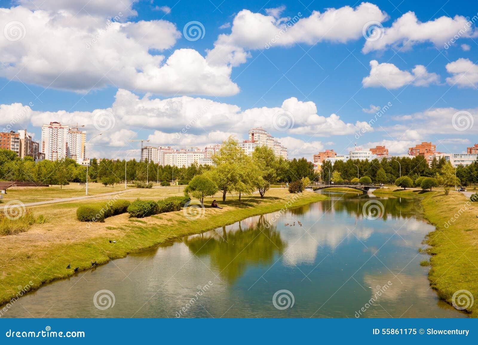 Park en rivier in Minsk, Wit-Rusland