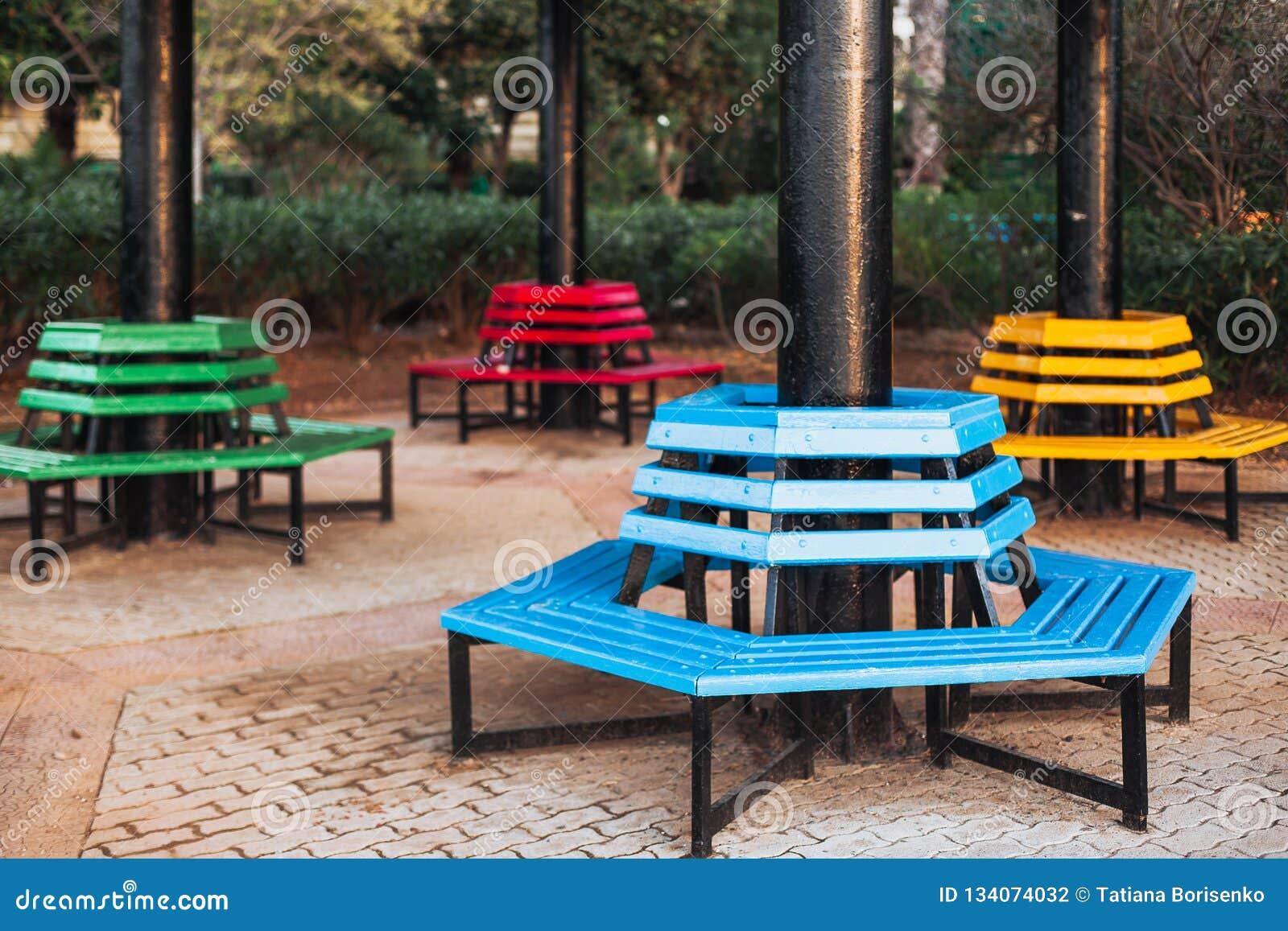 Park färbte Bänke befunden um die Spalte