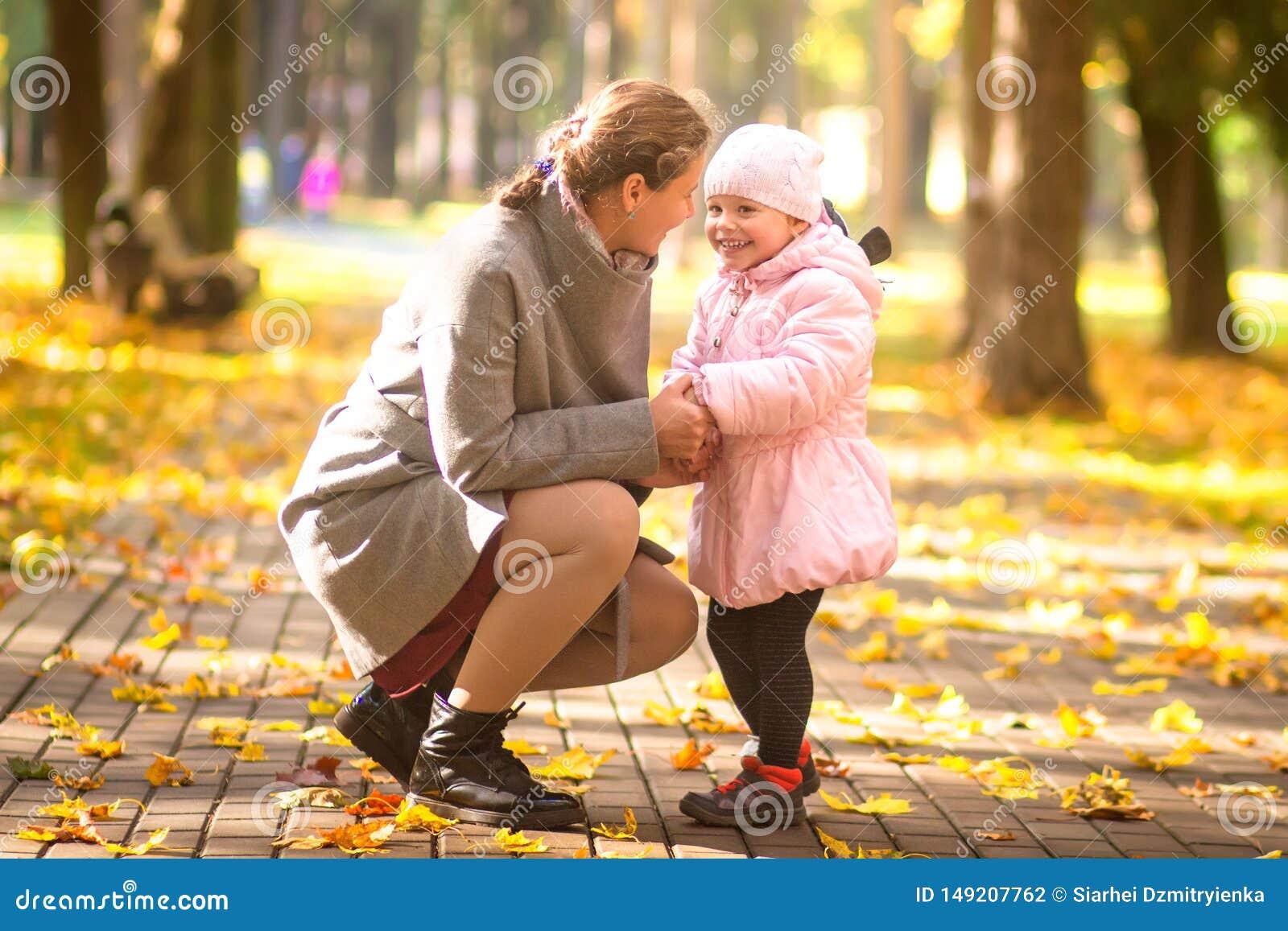 Park f?r h?stdottermoder Familjlivsstil Den lyckliga modern och barnet spenderar tid tillsammans i utomhus-