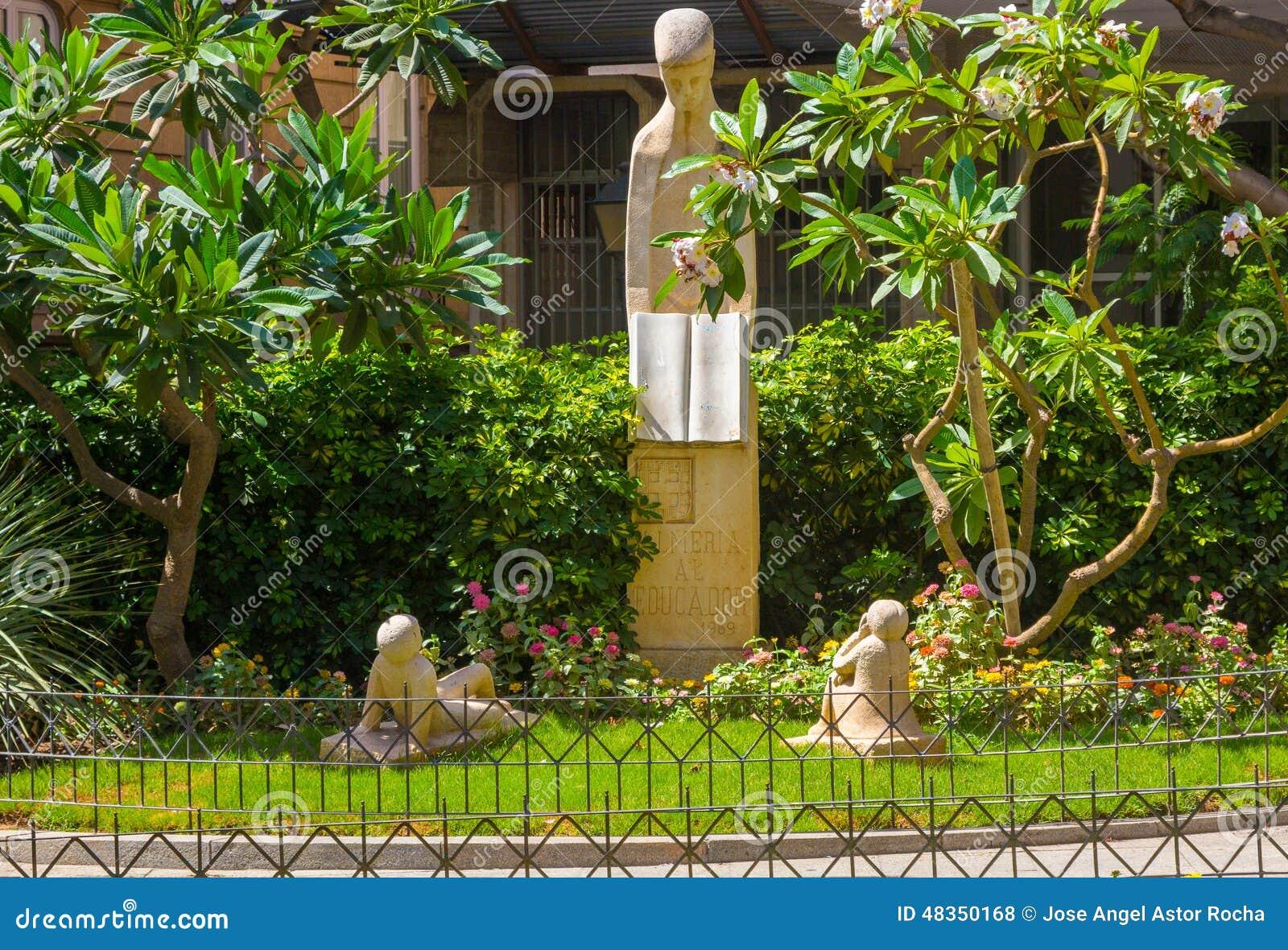 Park met standbeelden die leraren 1969, Almeria Spain eren