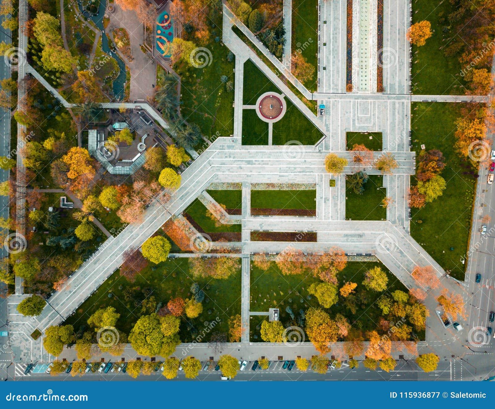 Park przy jesienią od above