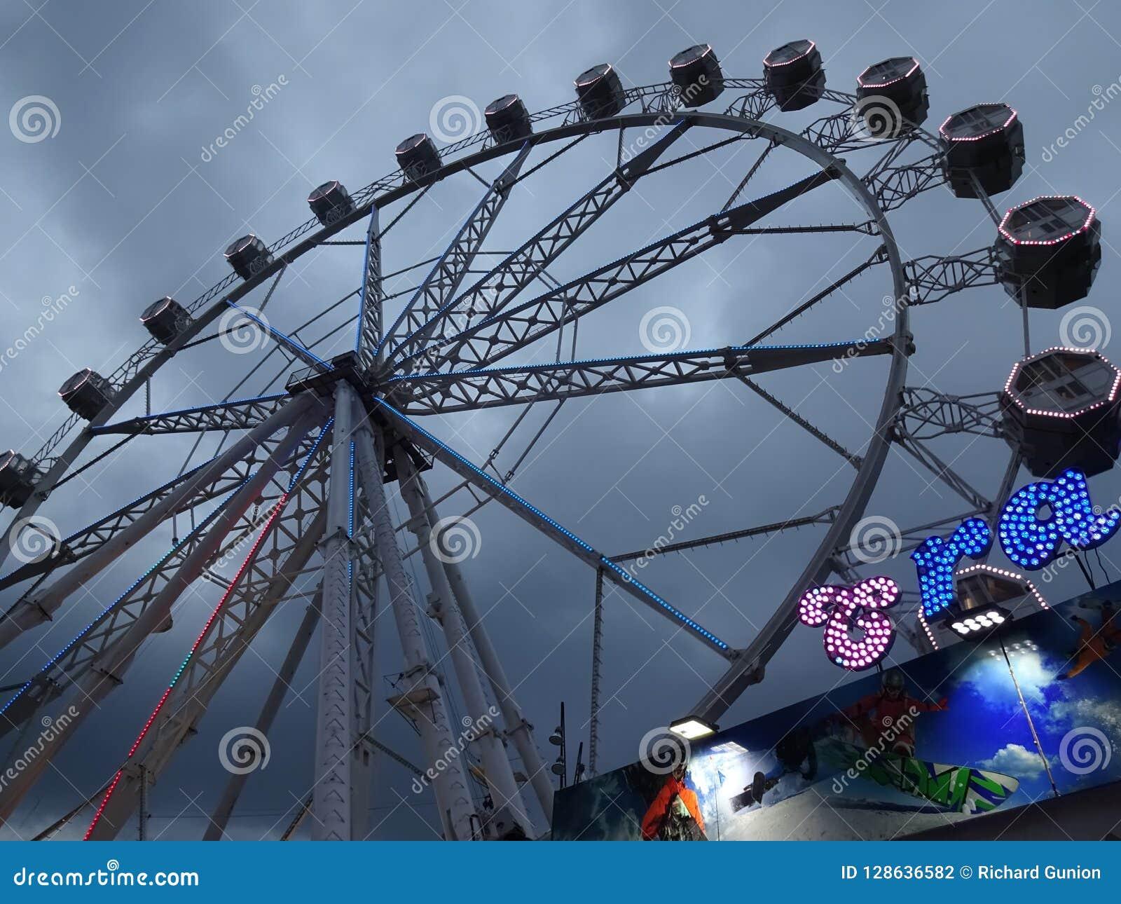 Park Rozrywki przejażdżka Ferris toczy wewnątrz Barcelona Hiszpania