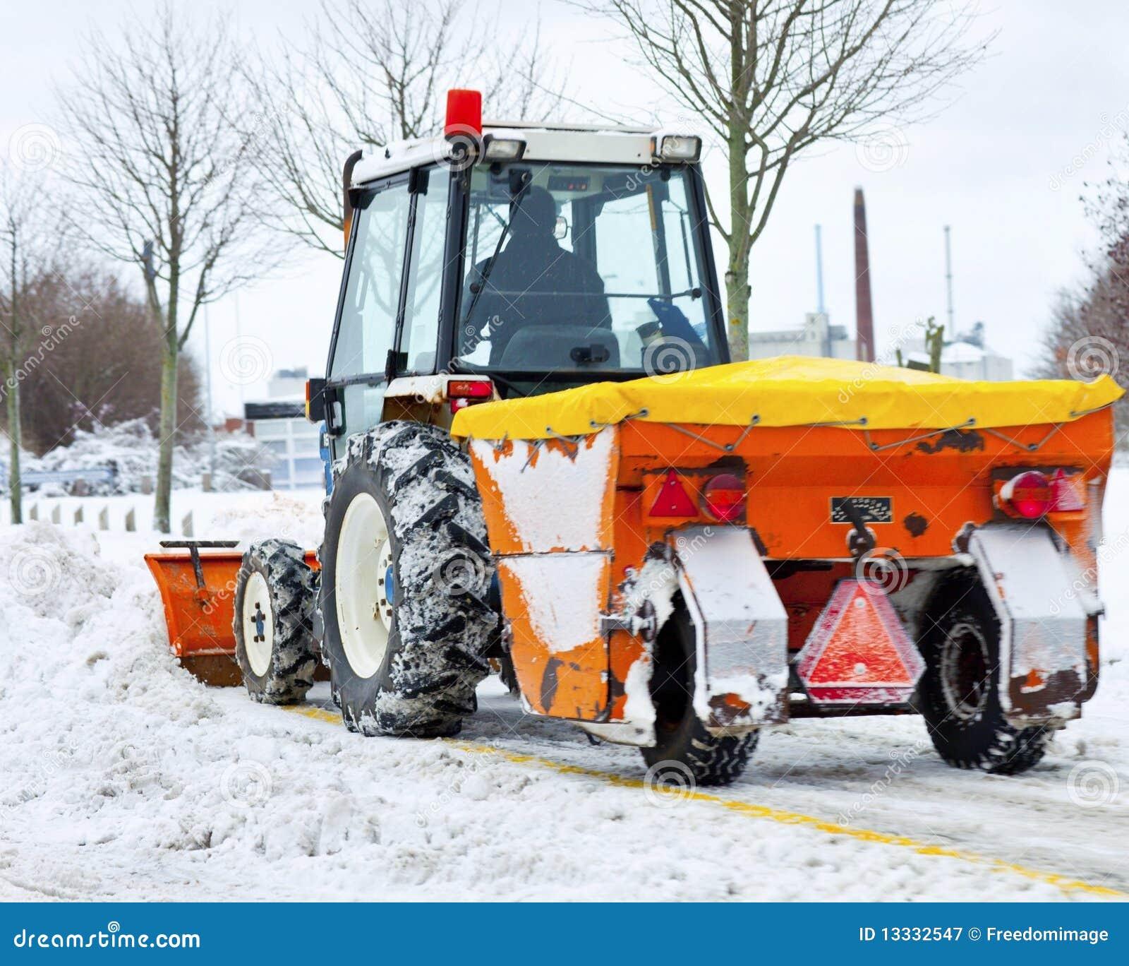 Park usuwa śnieżnego ciągnika