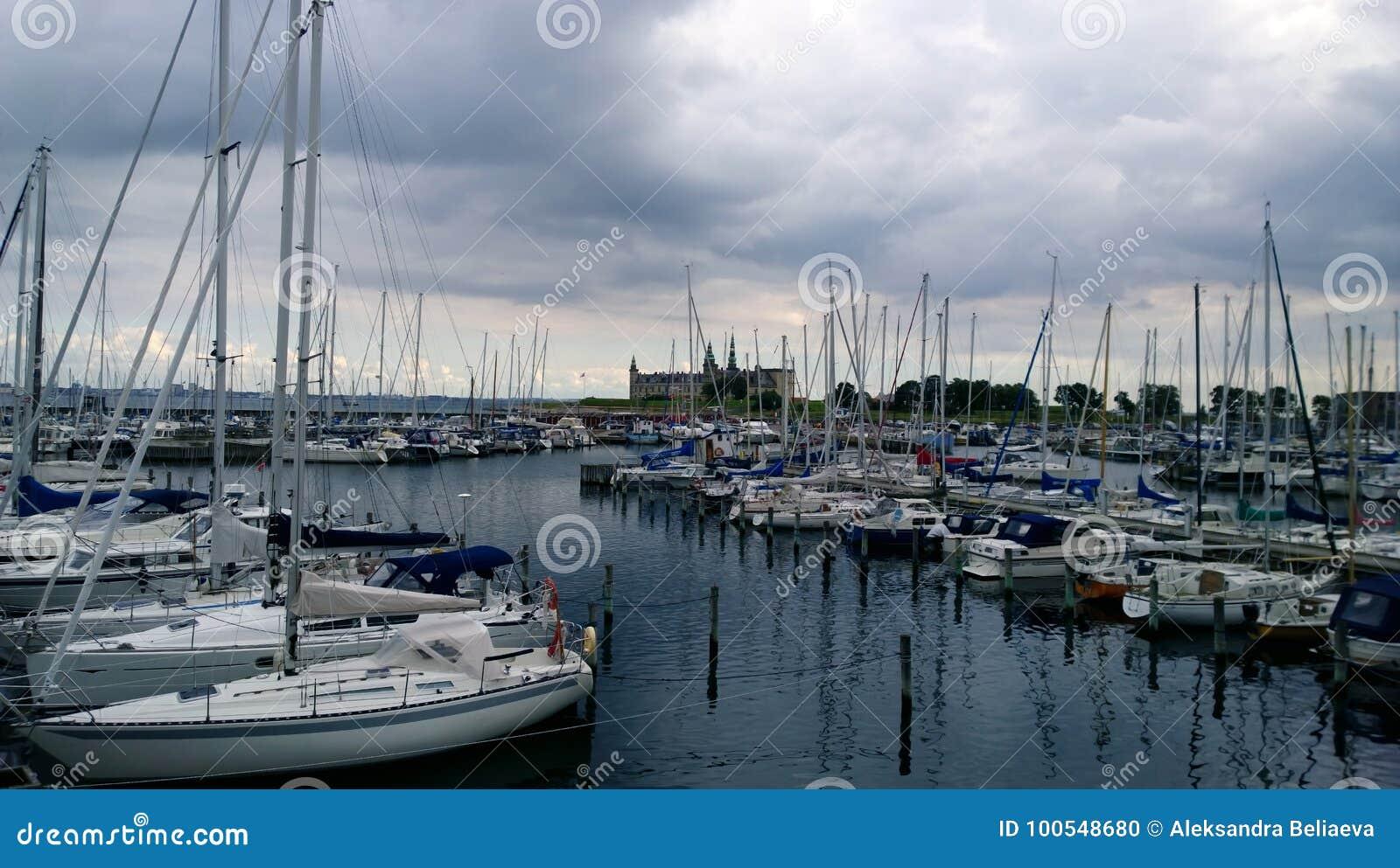 Parkende teure Yachten nahe Kronborg ziehen sich in Helsingör zurück