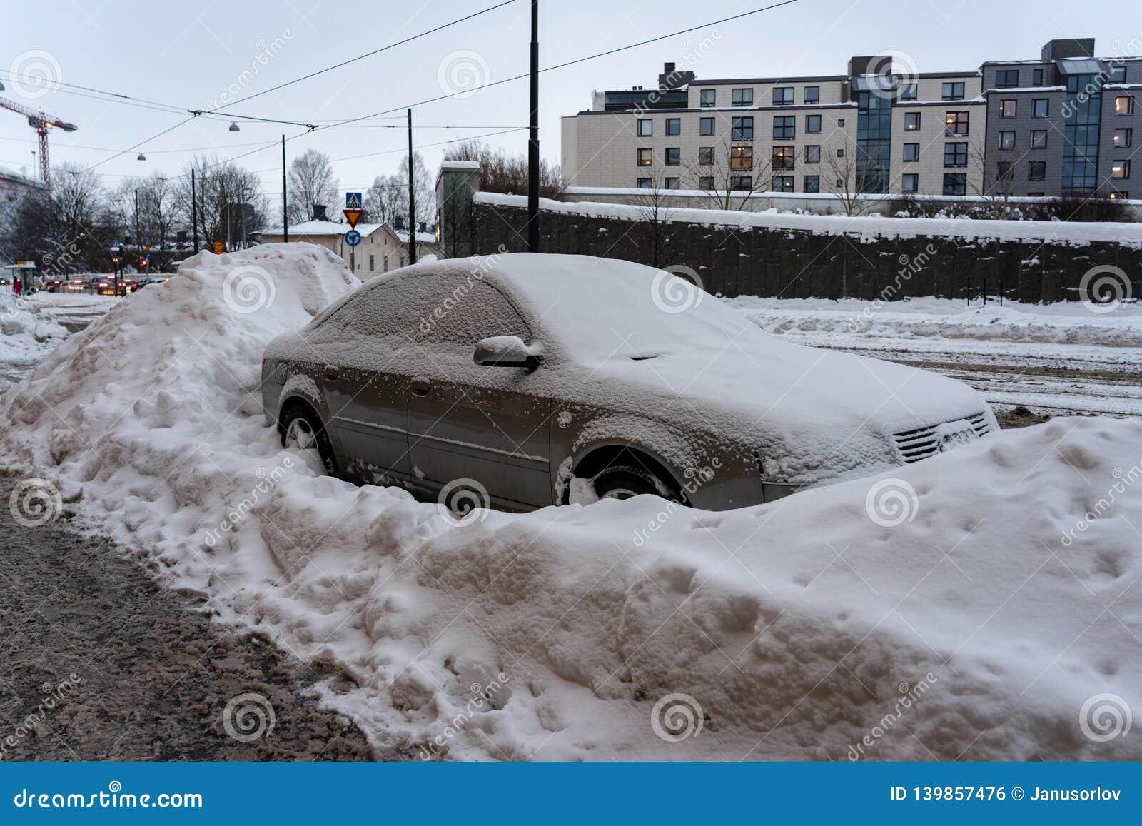 Parkendes Auto in der Stadt ist durch große Mengen Schnee umgeben worden