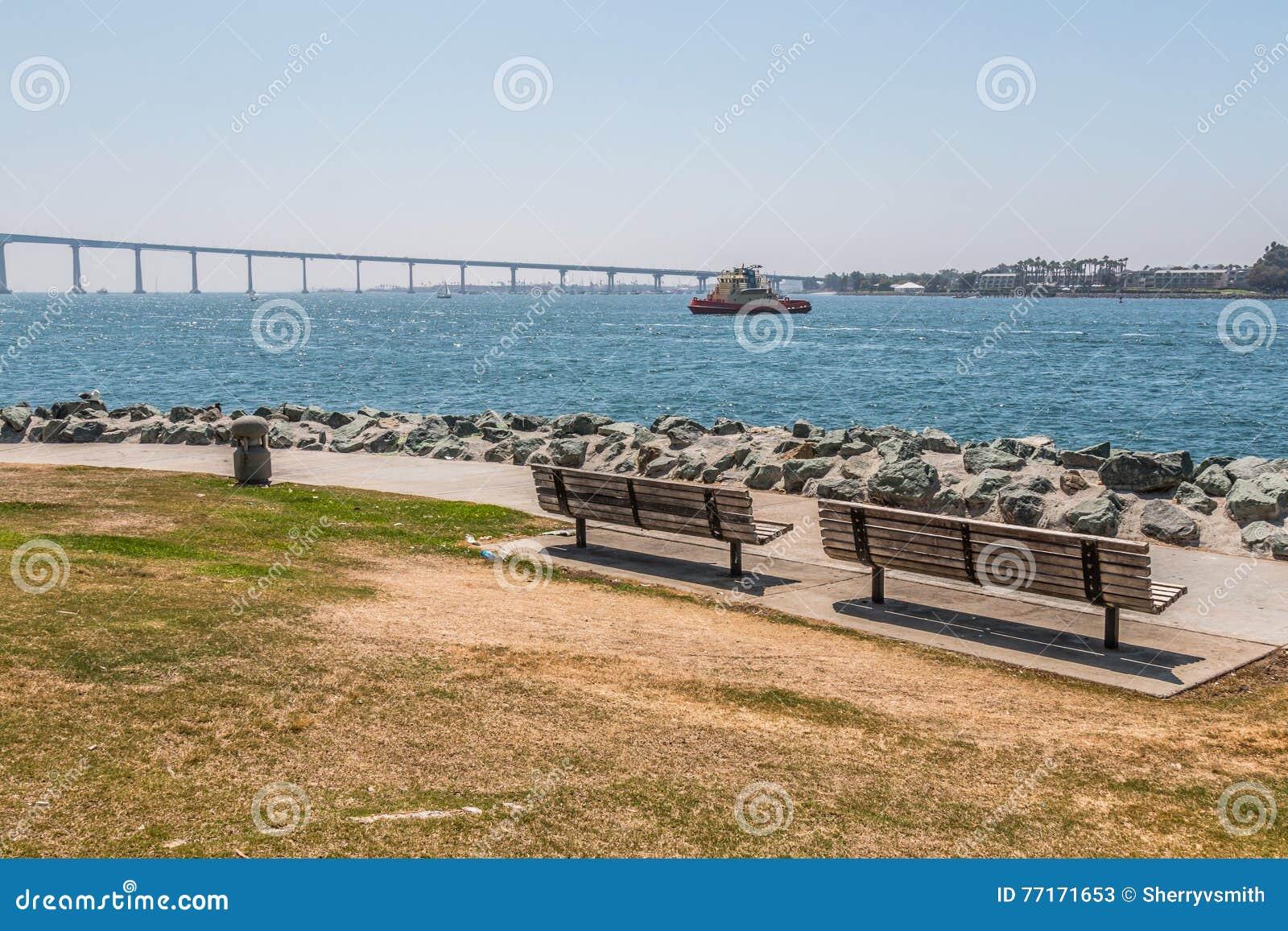 Parkera bänkar på Embarcadero parkerar söder i San Diego