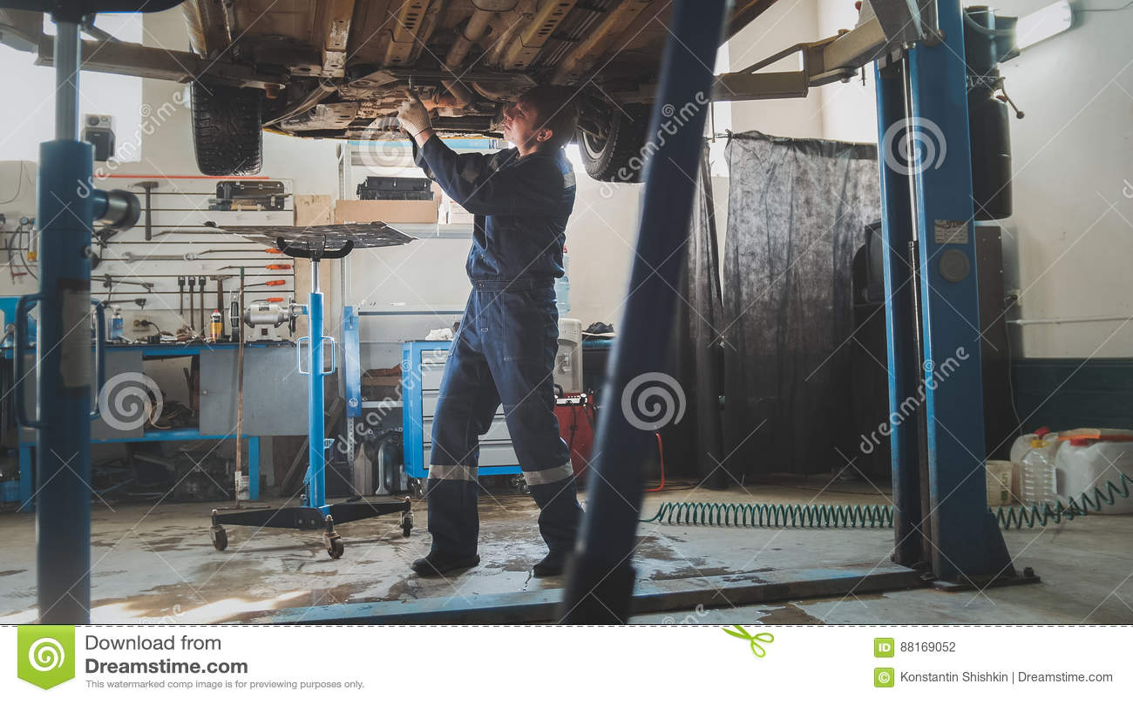 Parkera bilen i garage det mekaniska seminariet - botten av det bil- lyftauto anseendet i bilservice