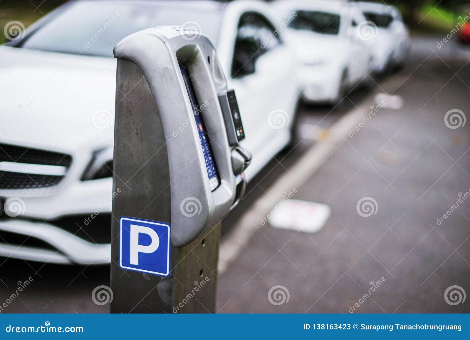 Parkera maskinen eller parkeringsmeter med elektronisk betalning i stadsgatorna