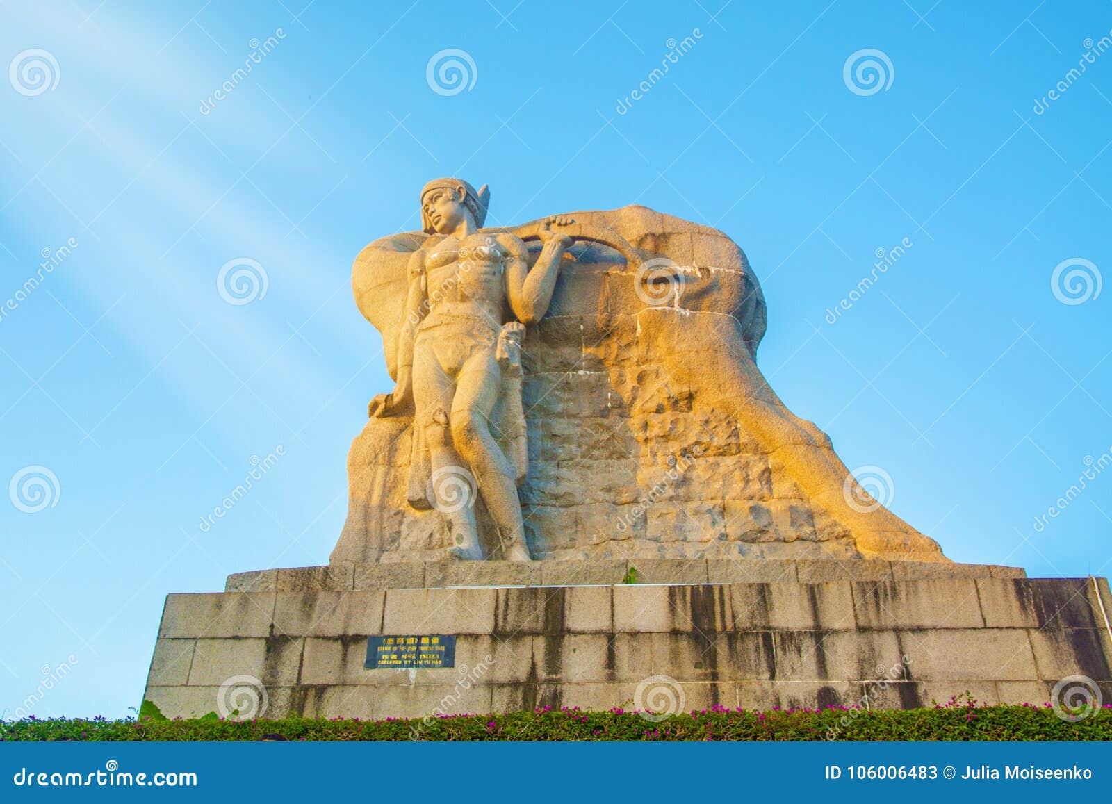 Parkera på ett högt berg i Kina, hjort vände hans huvud hög staty av en flicka med en pojkvän en nationell legend