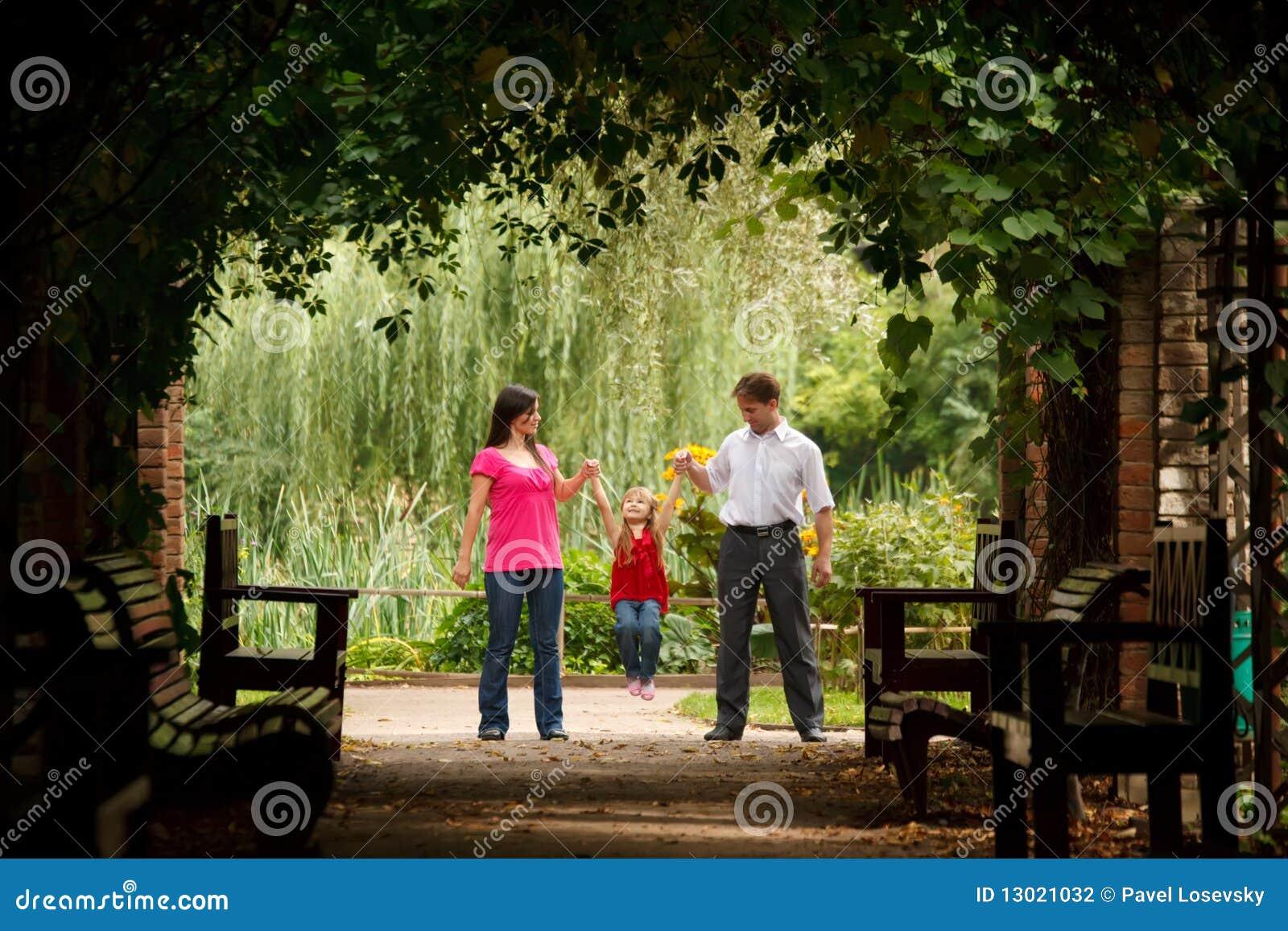 Parkerar lilla föräldrar för flicka växttunnelen