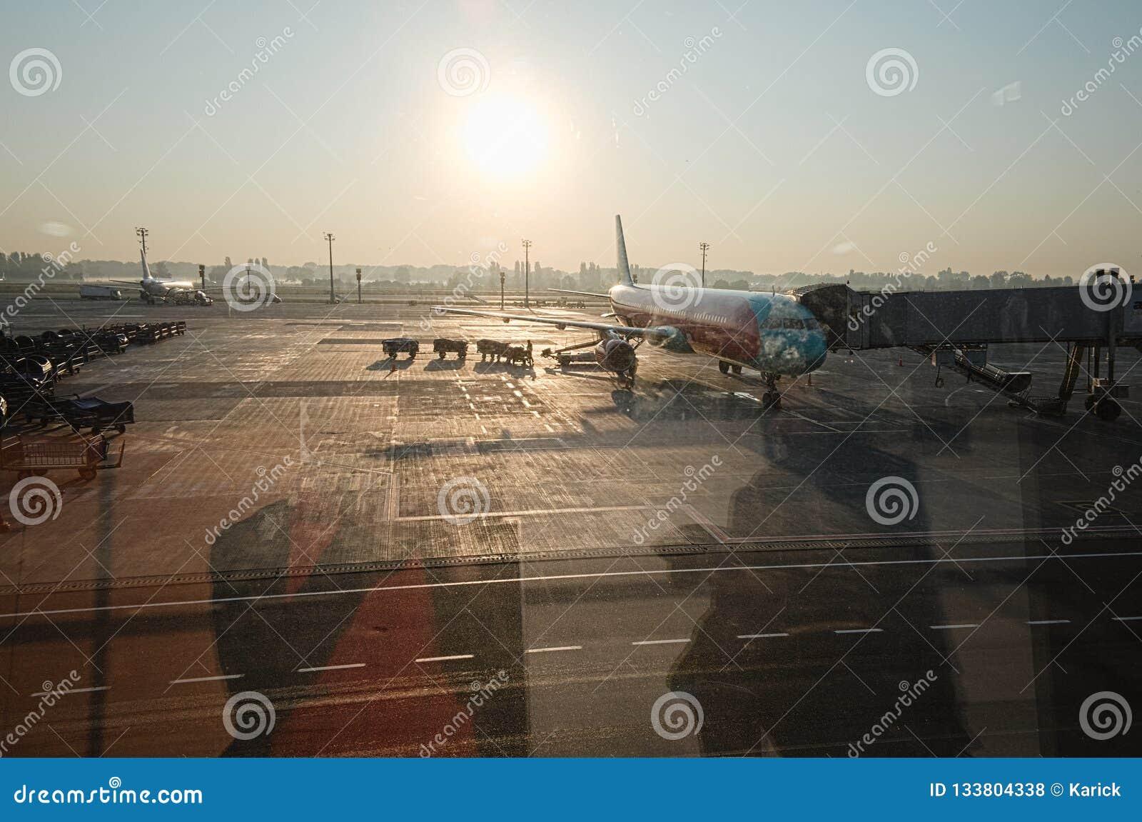 Parkerat flygplan utanför väntande på nästa flyg