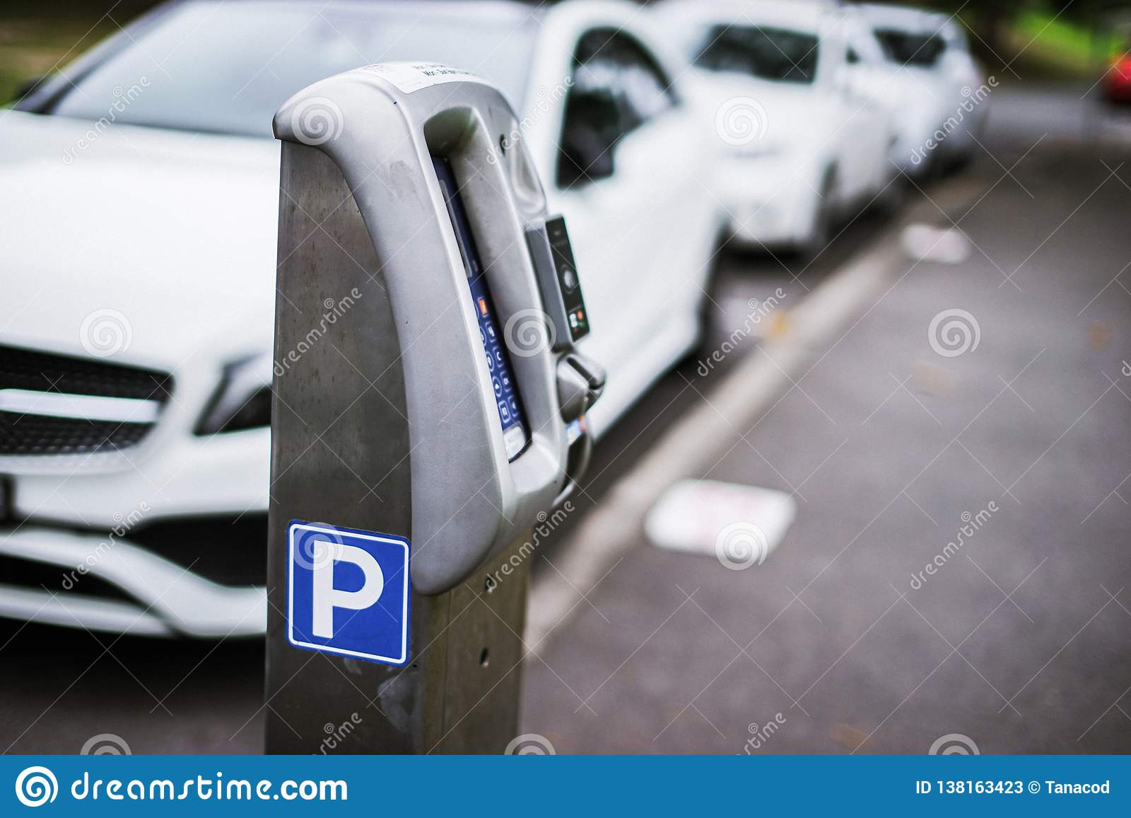 Parkerenmachine of Parkeermeters met elektronische betaling in de stadsstraten