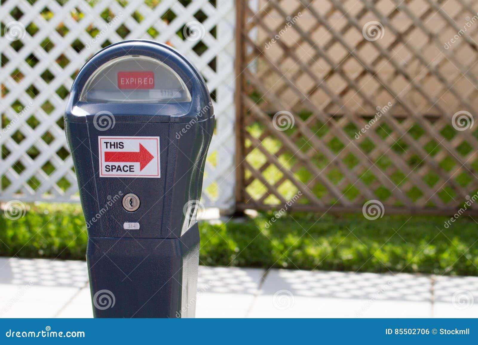 Parking metr Tracący ważność przed ogrodzeniem