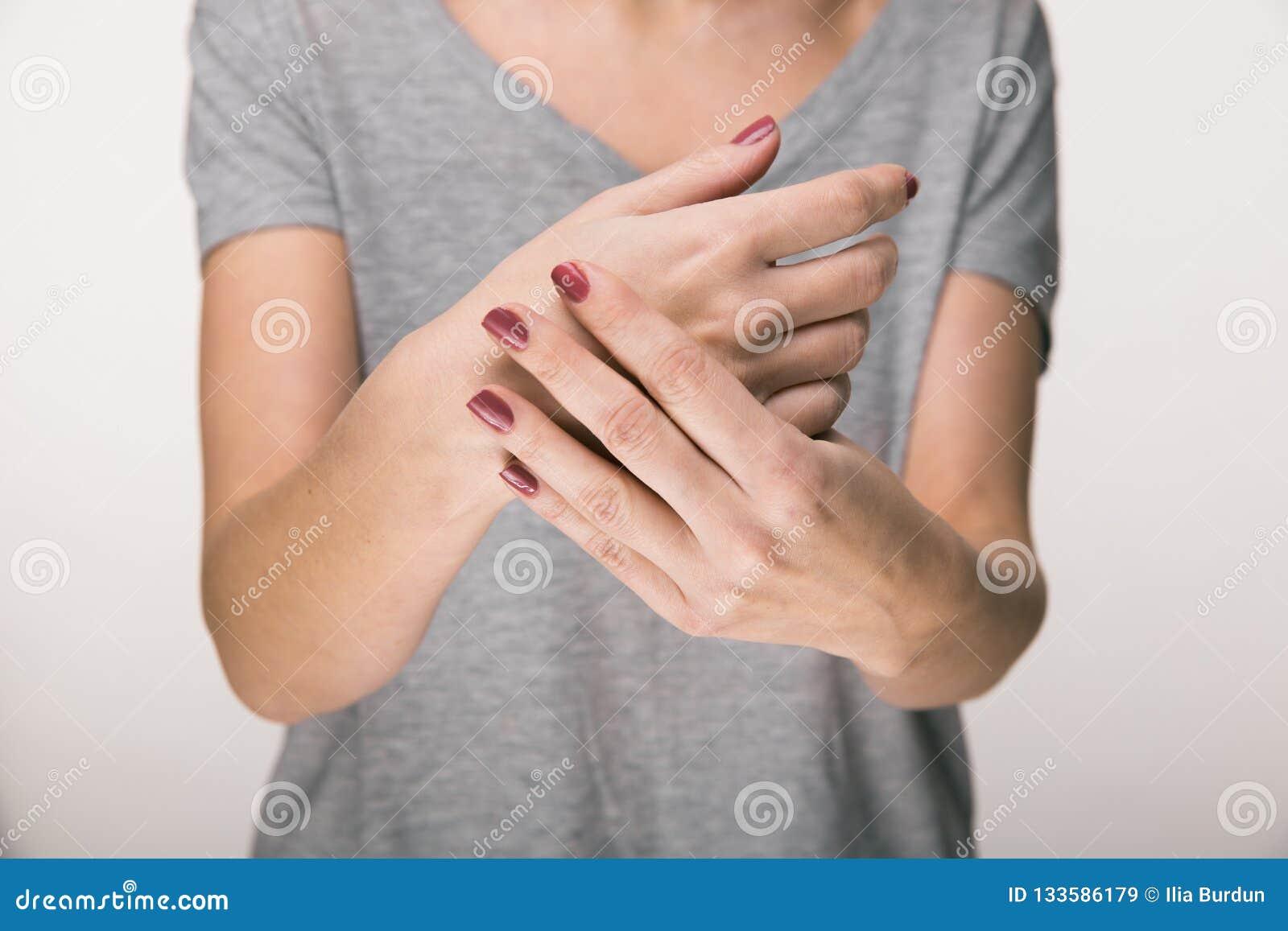 Parkinson ` s choroby objawy Zakończenie w górę drżenia chwiania ręk W średnim wieku kobiety cierpliwe z Parkinson chorobą