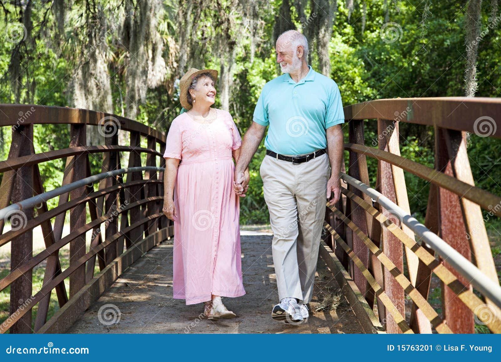 Parkowy romantyczny przespacerowanie